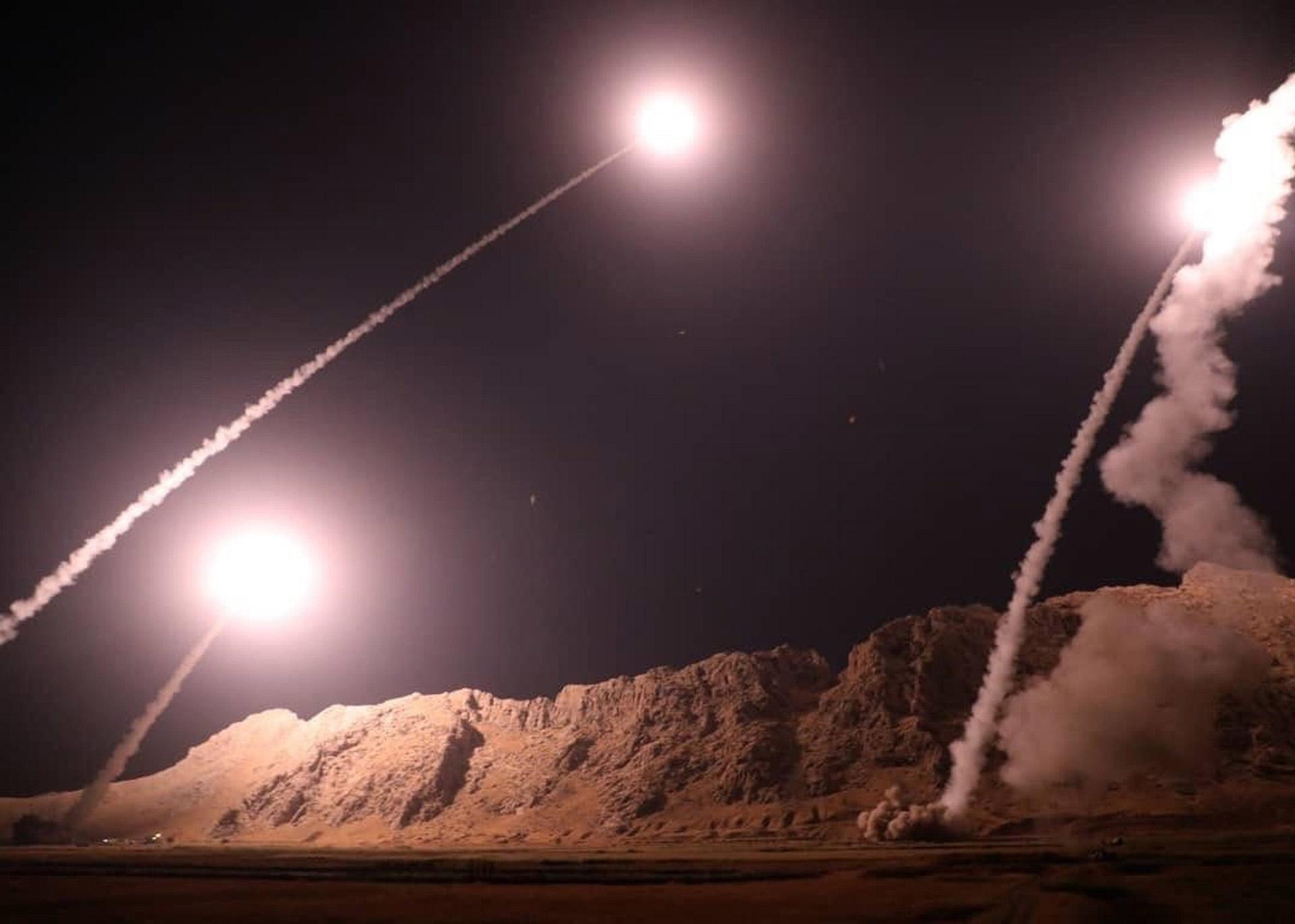 En esta foto publicada por la Guardia Revolucionaria de Irán el lunes 1 de octubre se muestra cómo se lanzaron misiles desde la ciudad de Kermanshah, en el oeste de Irán, contra el grupo del Estado Islámico en Siria
