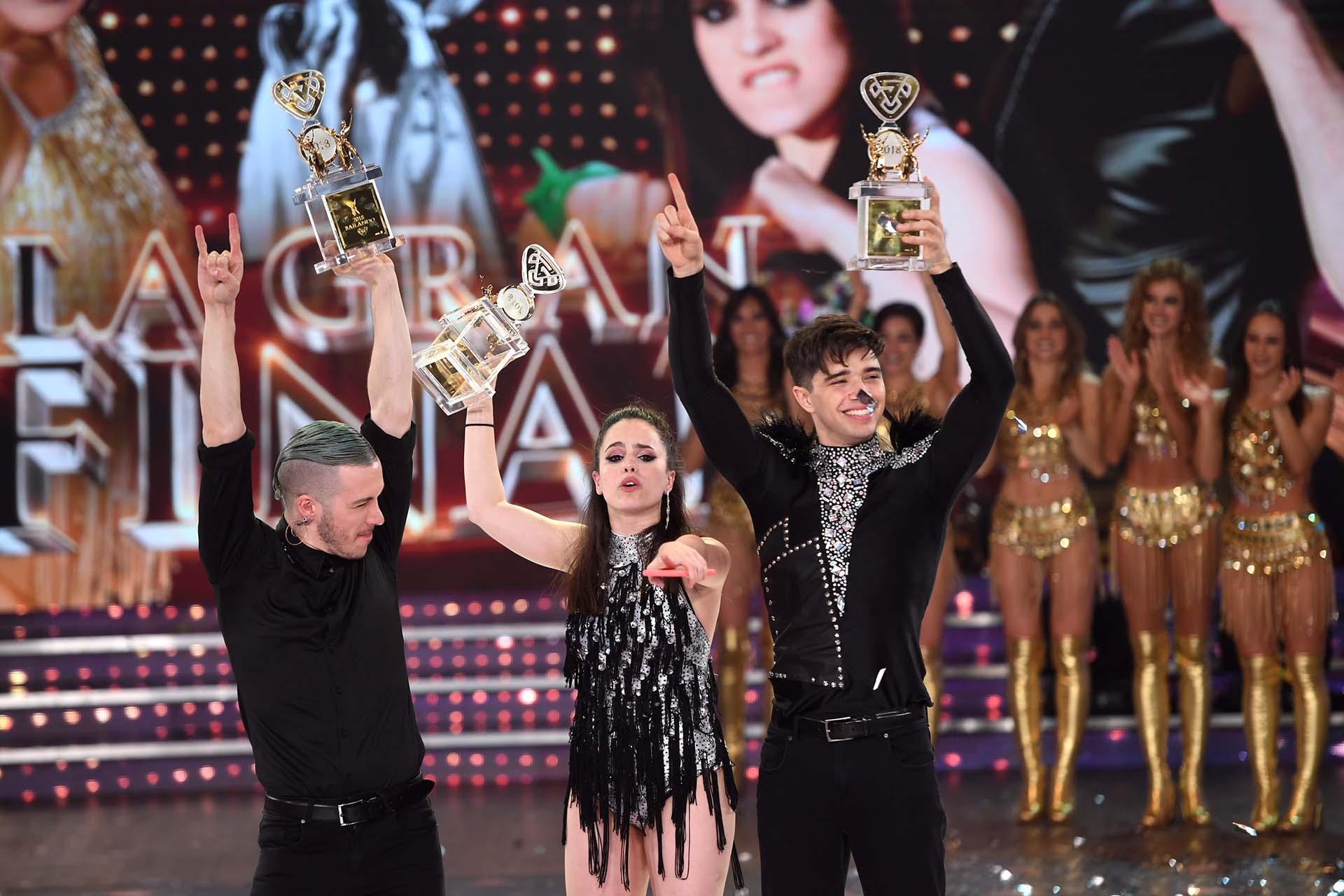 Los ganadores levantan la copa (Crédito: Laflia)