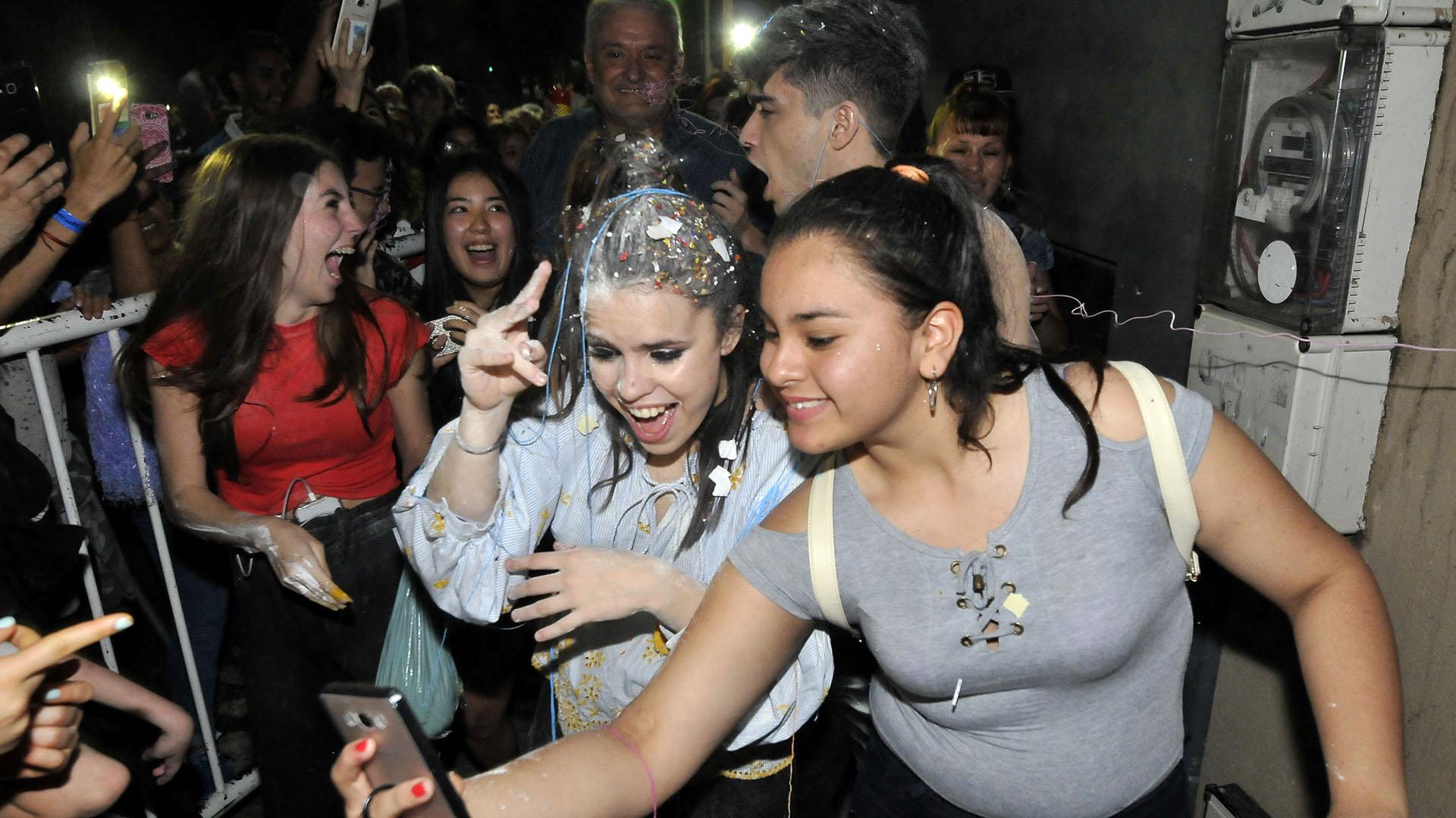 Sofía se saca una selfie con una fan
