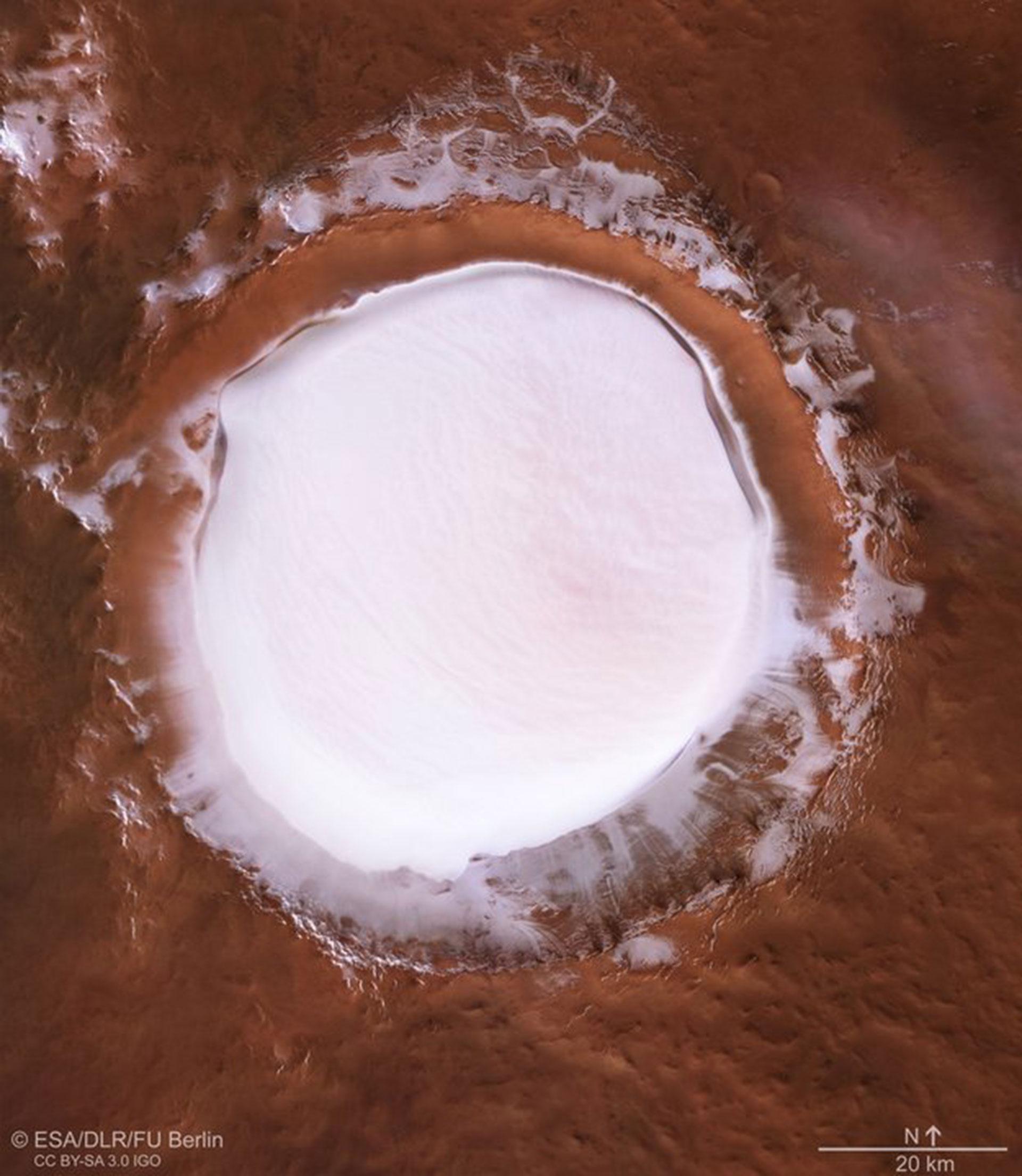 Parece una enorme pista de nieve virgen ubicada en medio de algún desierto. Pero no: se trata del cráter Korolev
