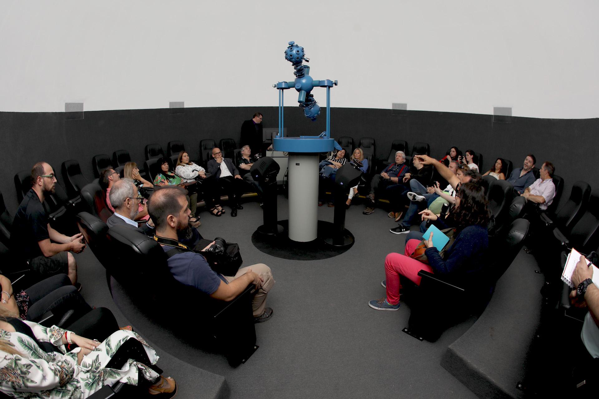 Los visitantes pudieron acceder por orden de llegada a la función del nuevo Planetario. (Mario Sar)