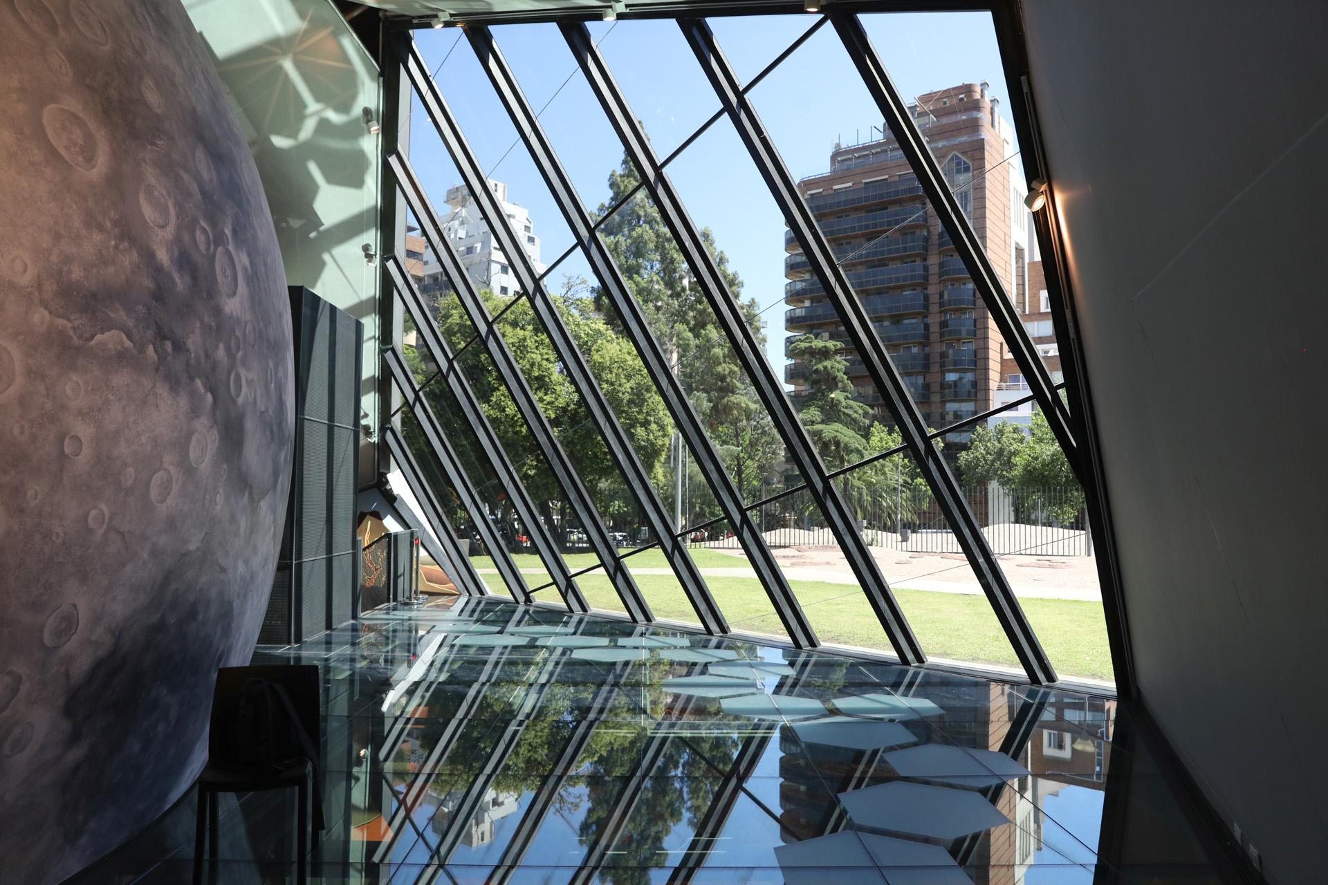 En cada horario hay dos funciones del Planetario Julio Verne, con capacidad para 40 personas. (Mario Sar)