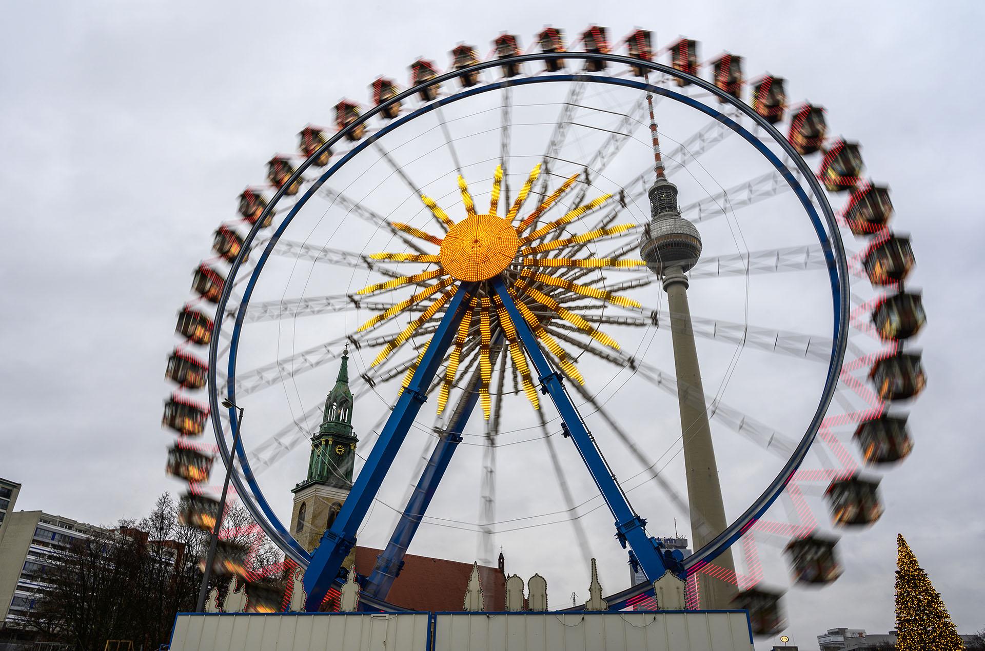 En Berlín instalaron el árbol de Navidad y se espera un show de fuegos artificiales (Photo by John MACDOUGALL / AFP)
