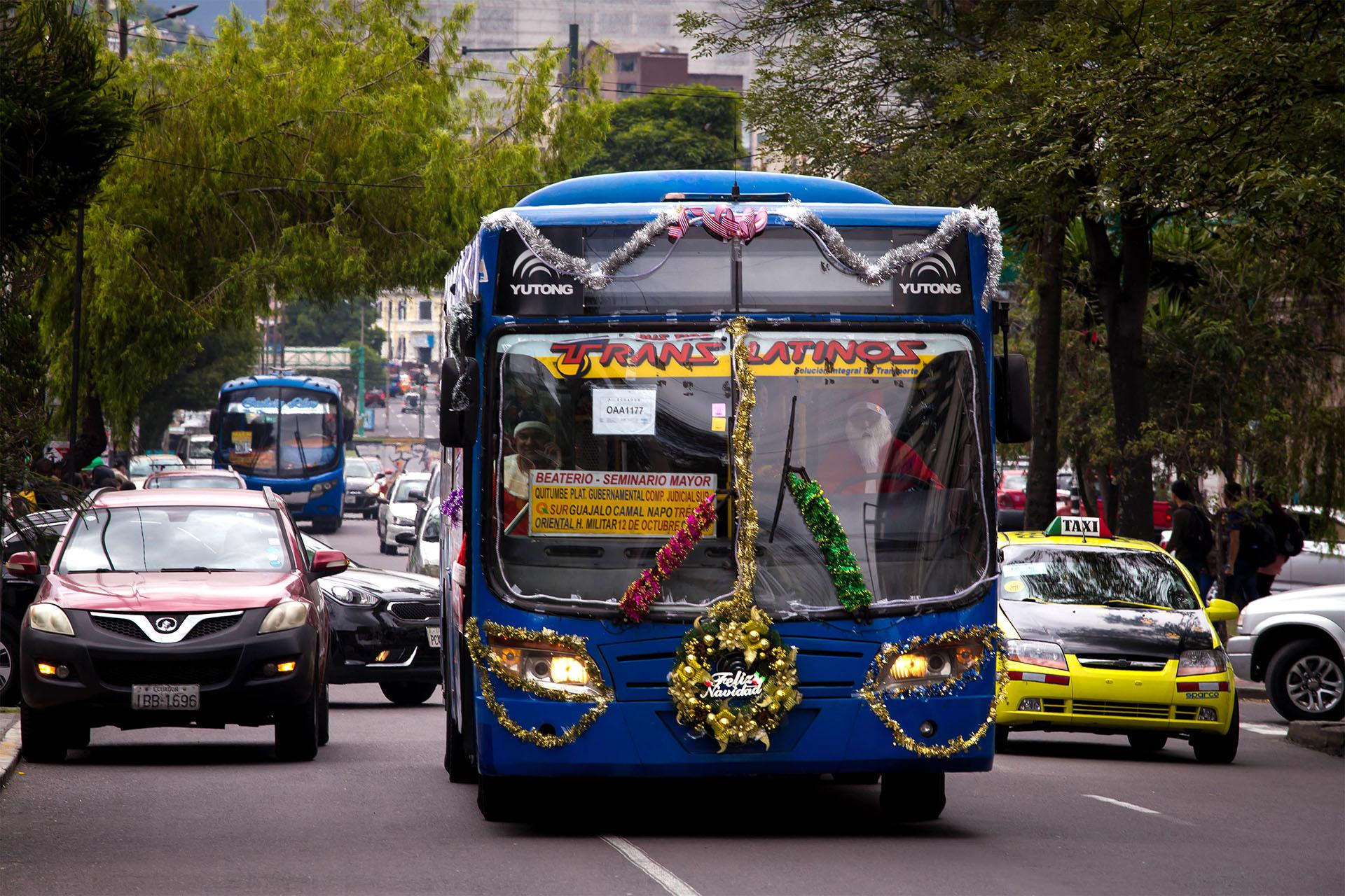 Un micro de transporte público en Quito está decorado para recibir la Navidad (Photo by Cristina VEGA / AFP)