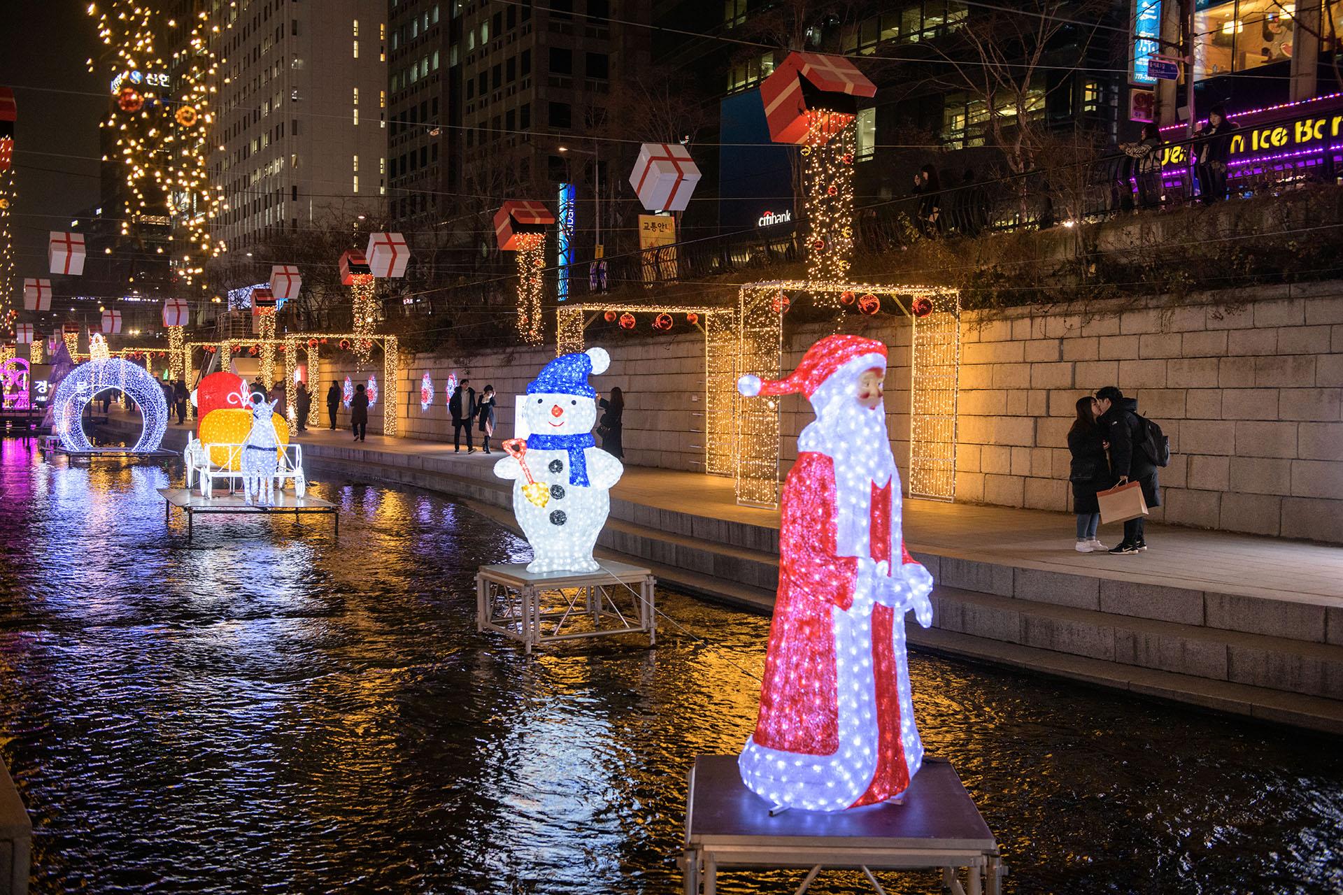 El ambiente navideño también se vive en Seúl (Photo by Ed JONES / AFP)