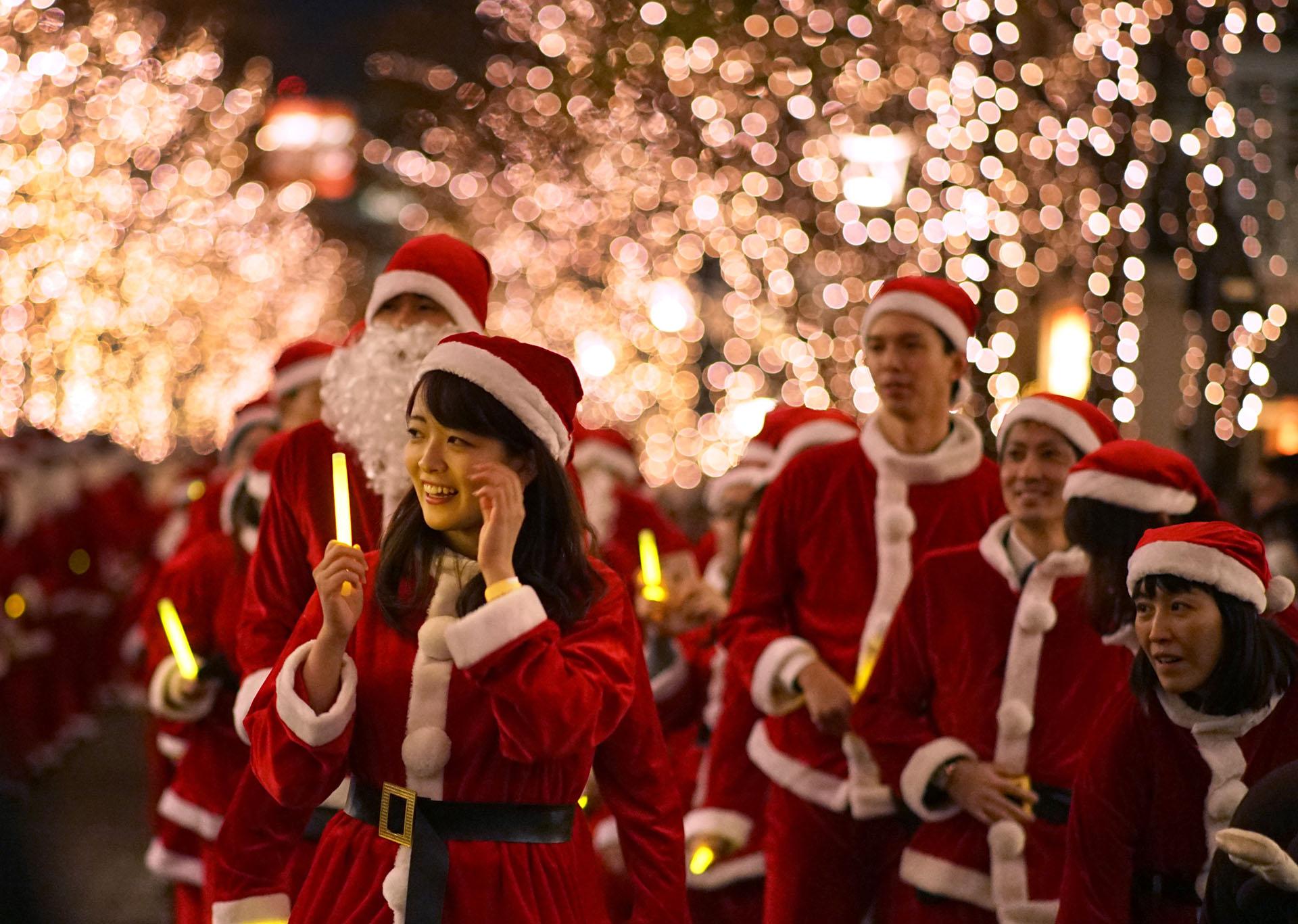 Personas disfrazadas de Papá Noel en Tokyo (Photo by Kazuhiro NOGI / AFP)