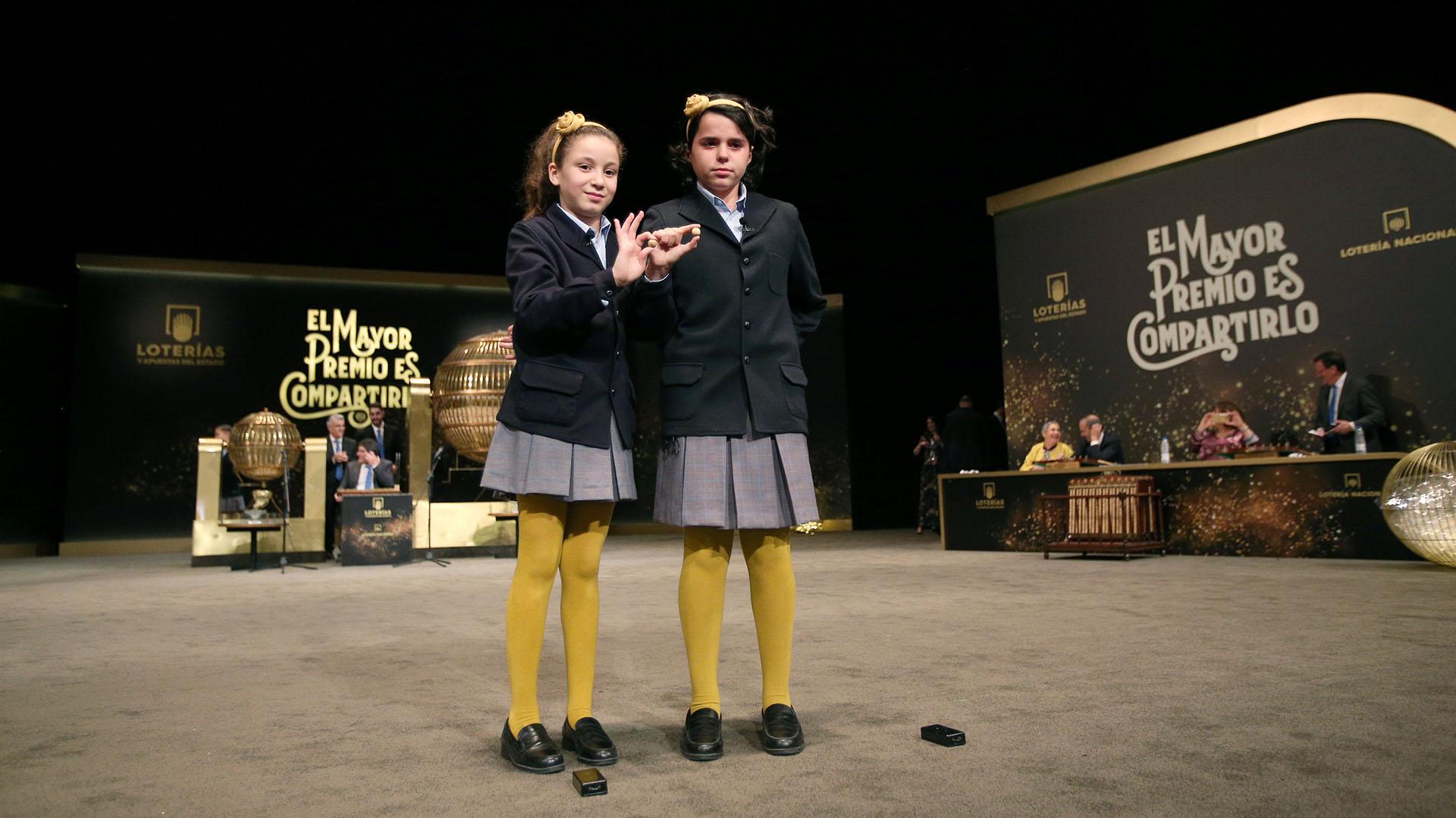 """Es tradición que estudiantes anuncien a los ganadores de """"El Gordo"""" de la lotería (Foto: REUTERS/Javier Barbancho)"""