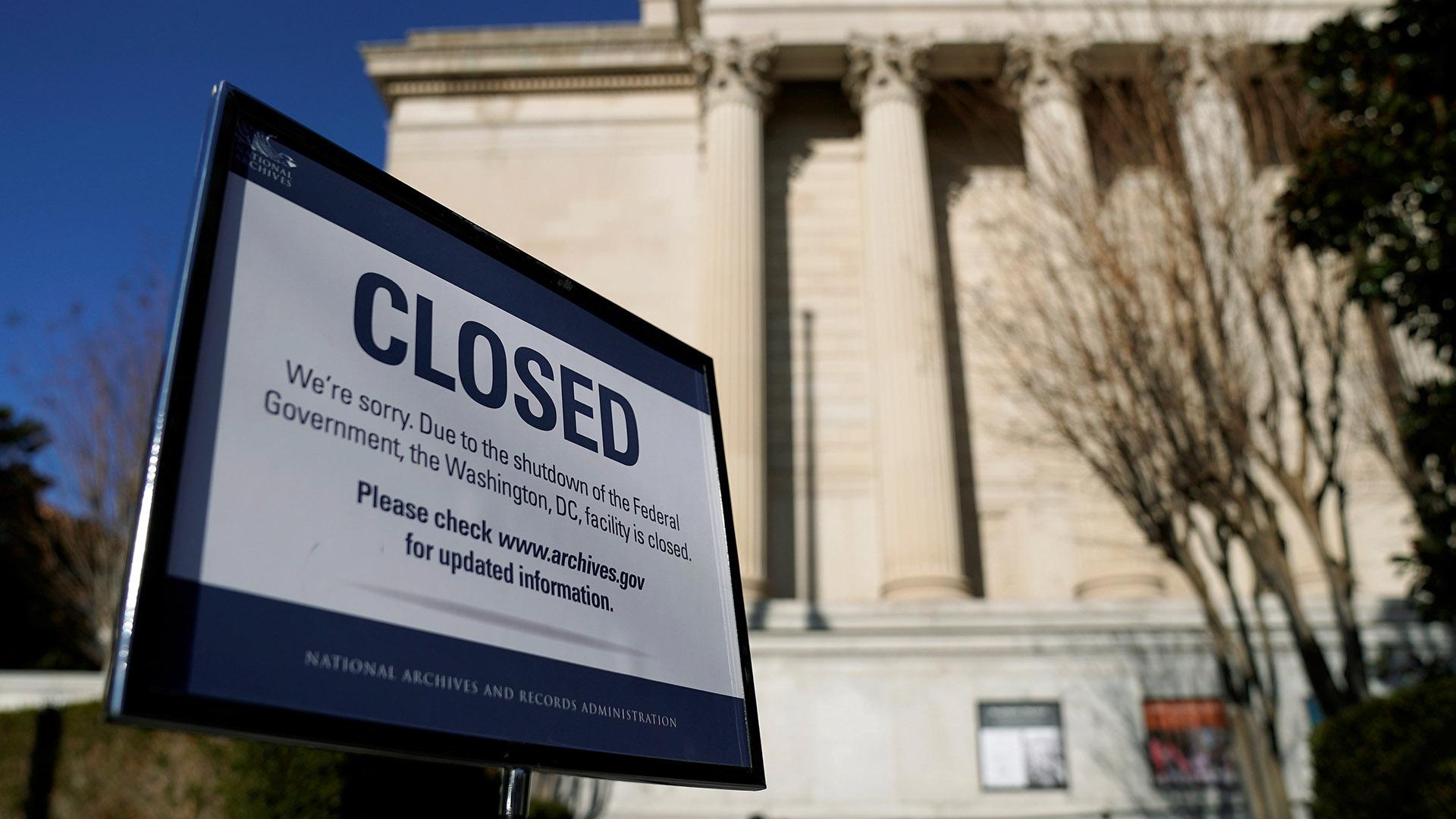 Un cartel advierte que el edificio del Archivo Nacional está cerrado debido al shutdown (Reuters)