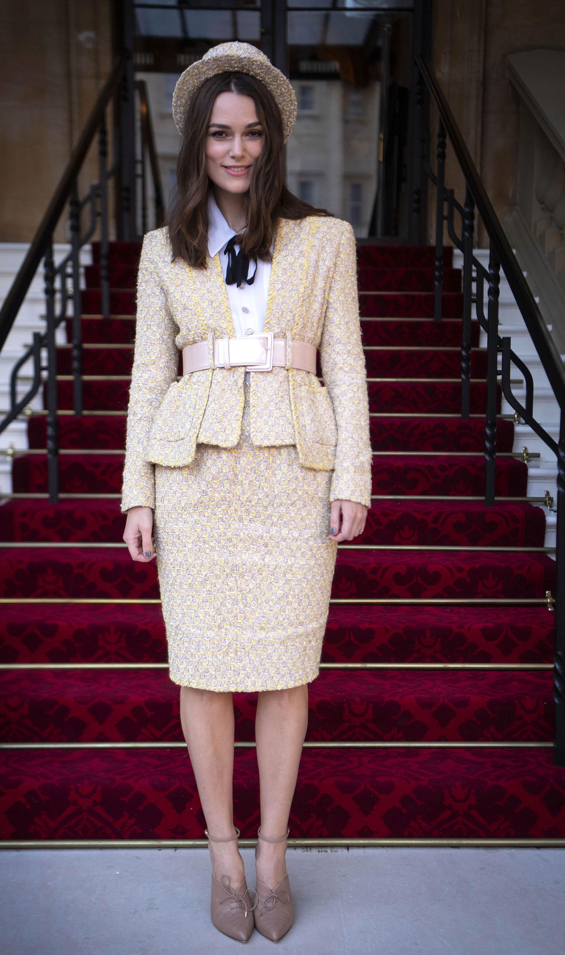 Keira Knightley posa a su llegada al Palacio de Buckingham, en Londres, donde recibió la Orden del Imperio Británico