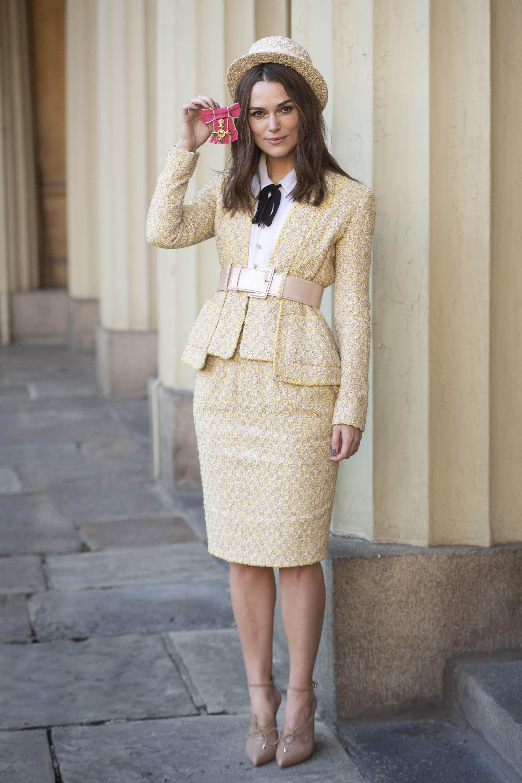 La intérprete lució un conjunto beige de falda y blazer, con un cinto que destacaba su estilizada figura
