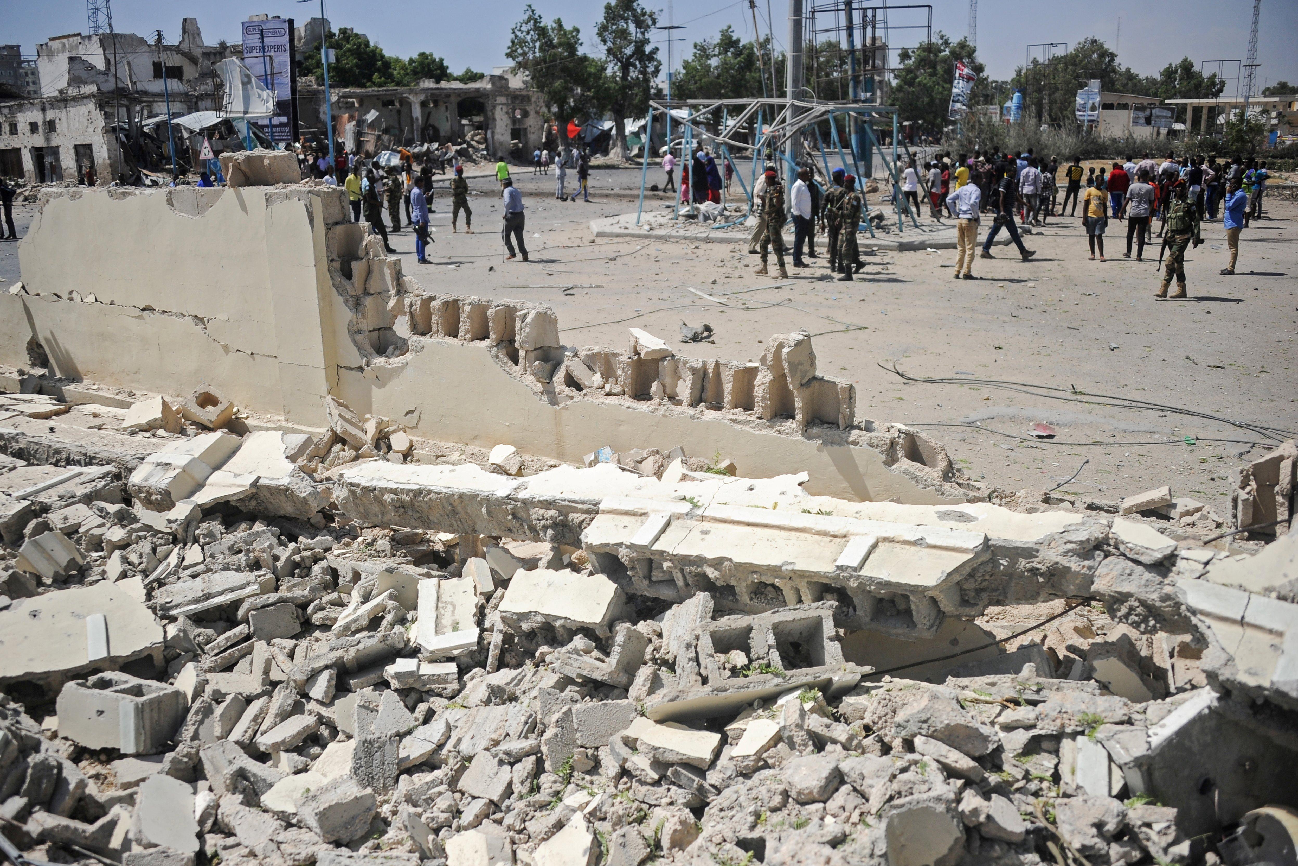 El área atacada se encuentra actualmente bloqueada y rodeada por agentes para prevenir nuevos incidentes (Photo by Mohamed ABDIWAHAB / AFP)