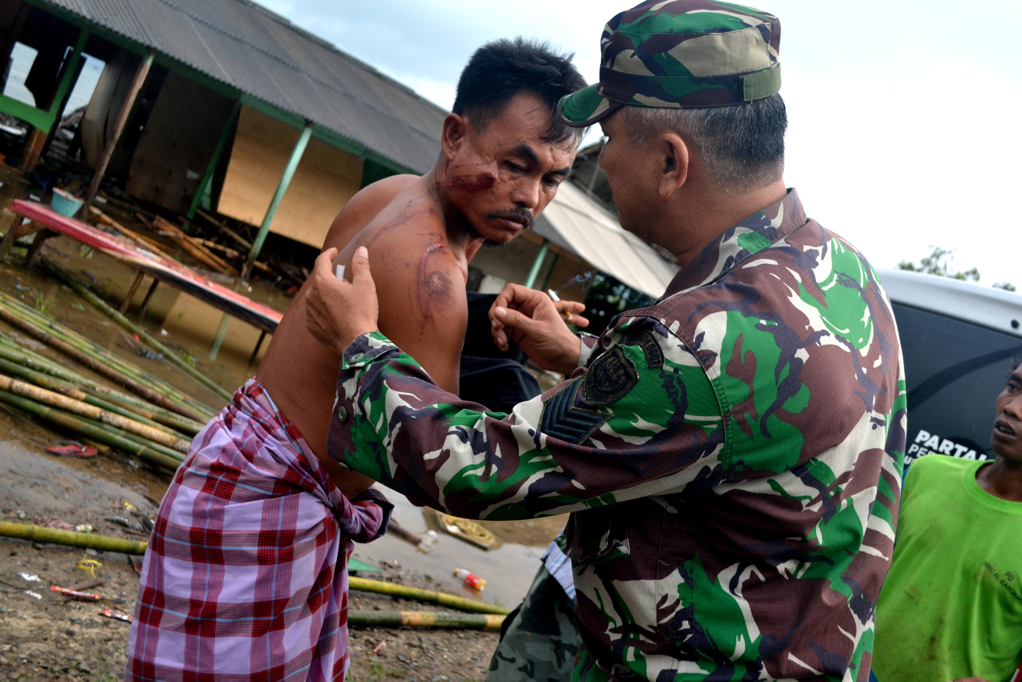 Un herido es atendido por un militar. (Antara Foto/Muhammad Bagus Khoirunas/ via REUTERS )