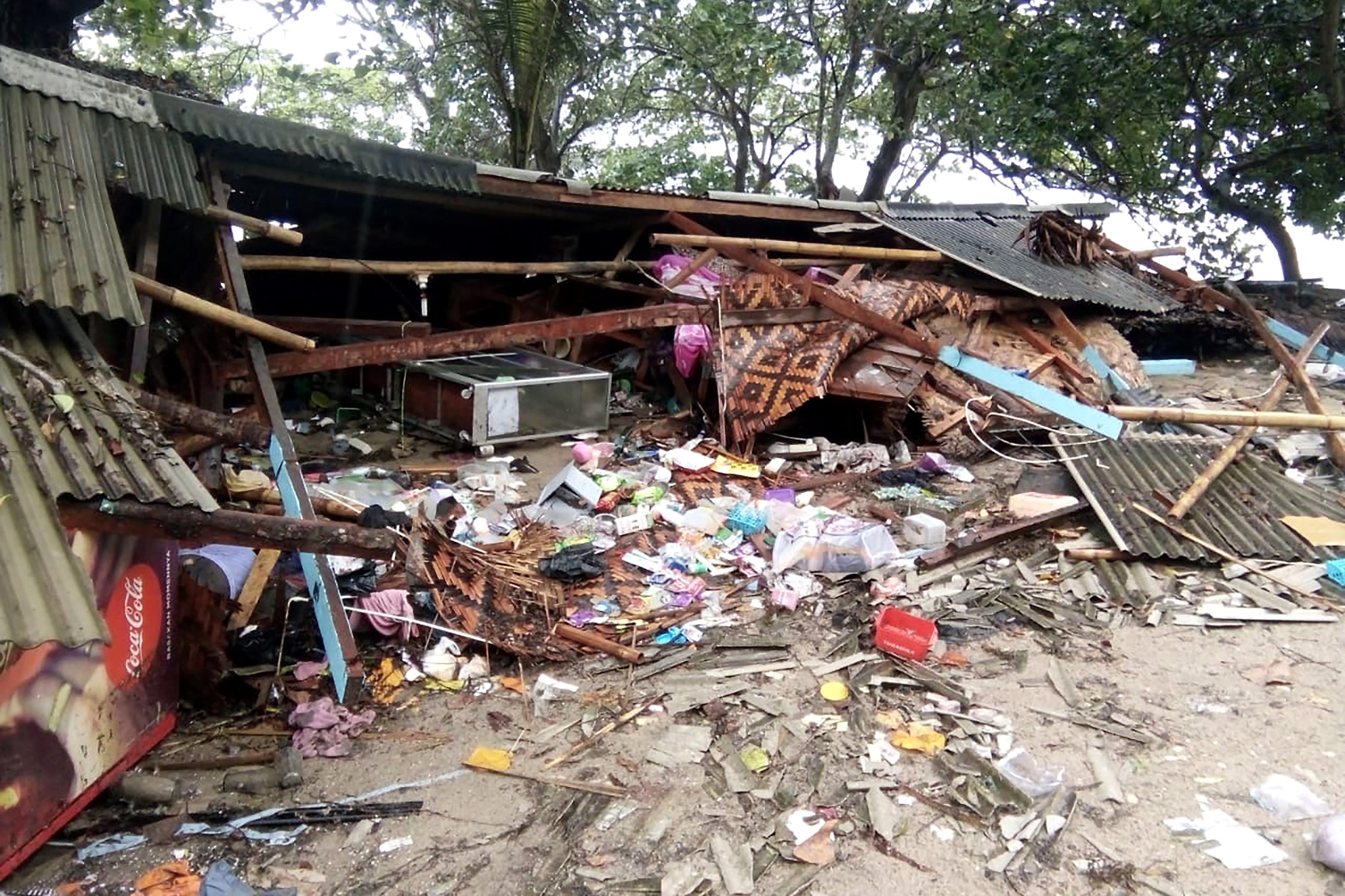 El tsunami causó destrozos. (Photo by Semi / AFP)