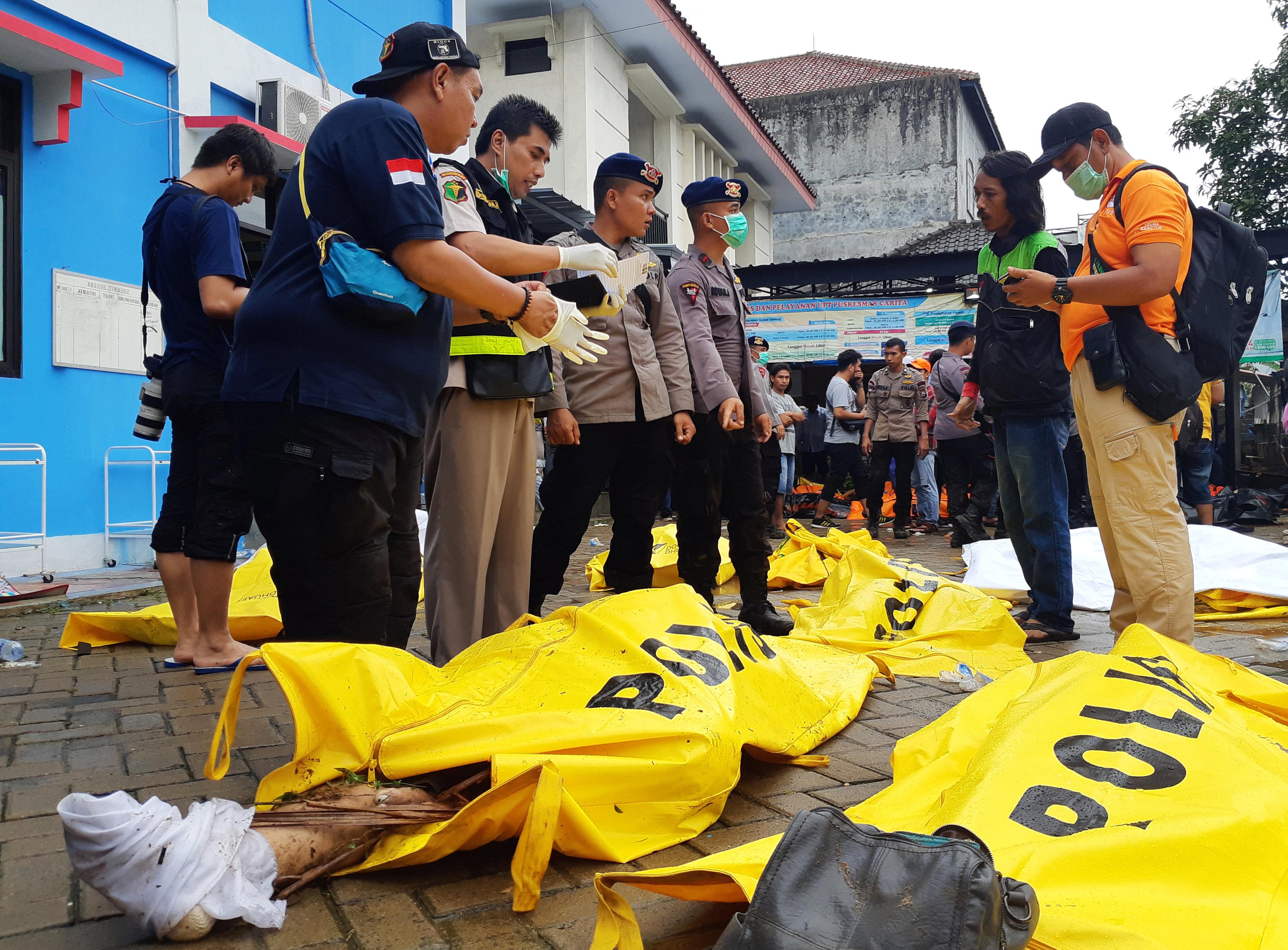 Rescatistas y policías coordinan la búsqueda de los familiares y el reconocimiento de las víctimas