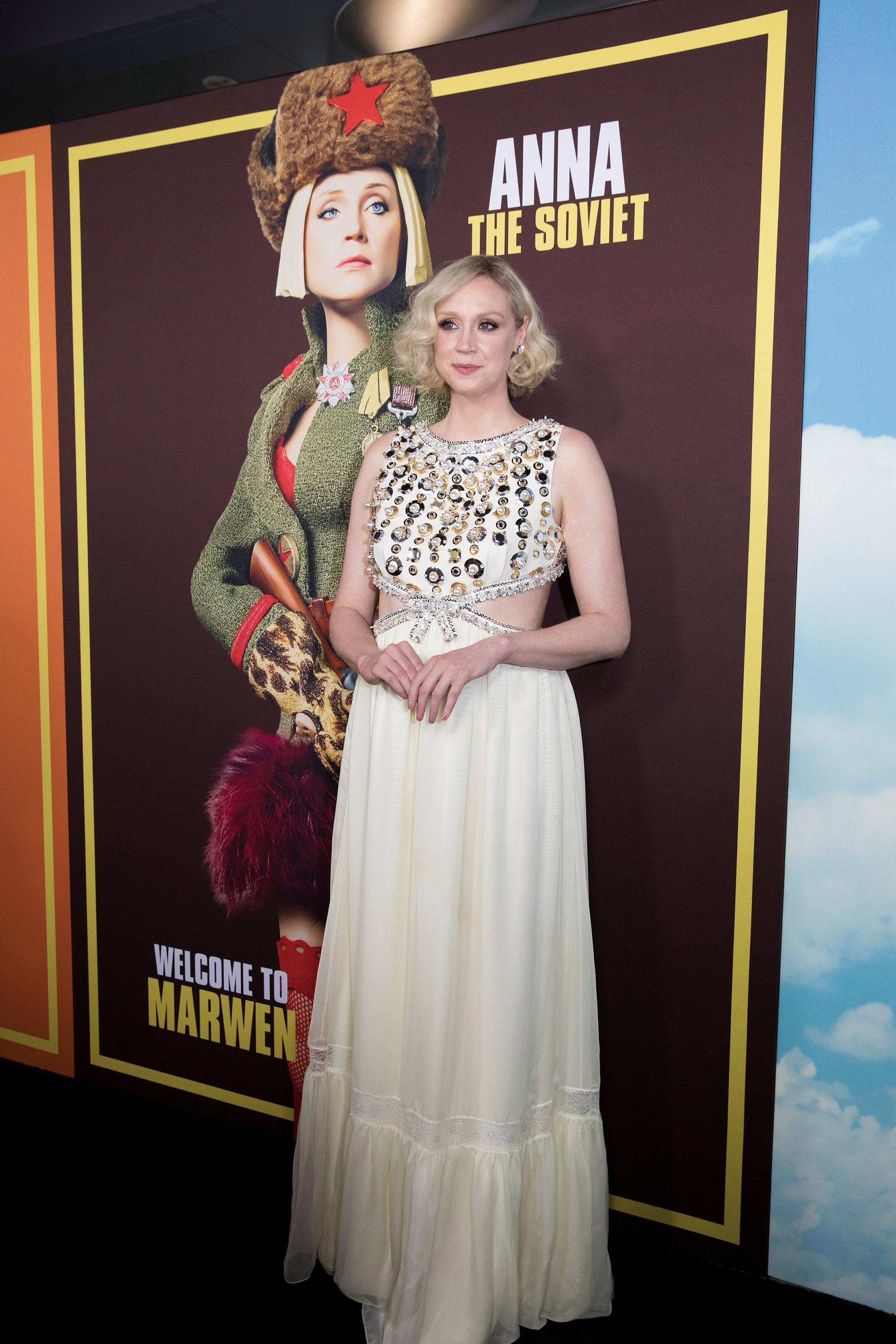 Gwendoline Christie lució un vestido claro con piedras y aberturas en la cintura