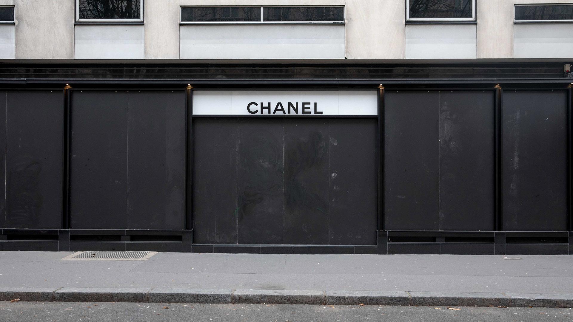 Chanel, la icónica firma de lujo francesa, cerró las puertas de su local con maderas negras para impedir los actos de vandalismo y las roturas de los cristales de sus vidrieras (Fotos: Cristobal Ochoa)