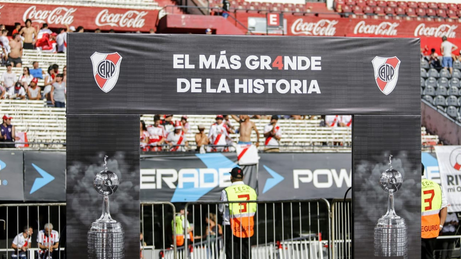 The absentees, Rafael Santos Borré, Franco Armani and Juanfer Quintero, who traveled directly to Colombia, were also named to blow up the stadium with their only mention. In the distance they vibrate with a great celebration