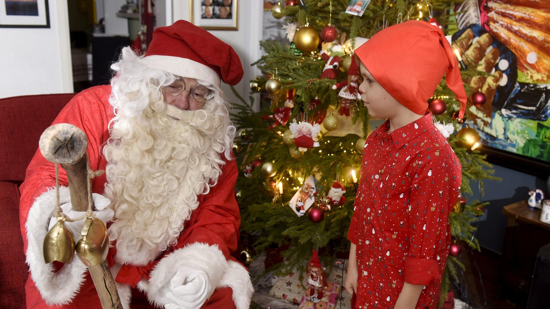 Un Papa Noel Con Su Duende En Espoo Finlandia