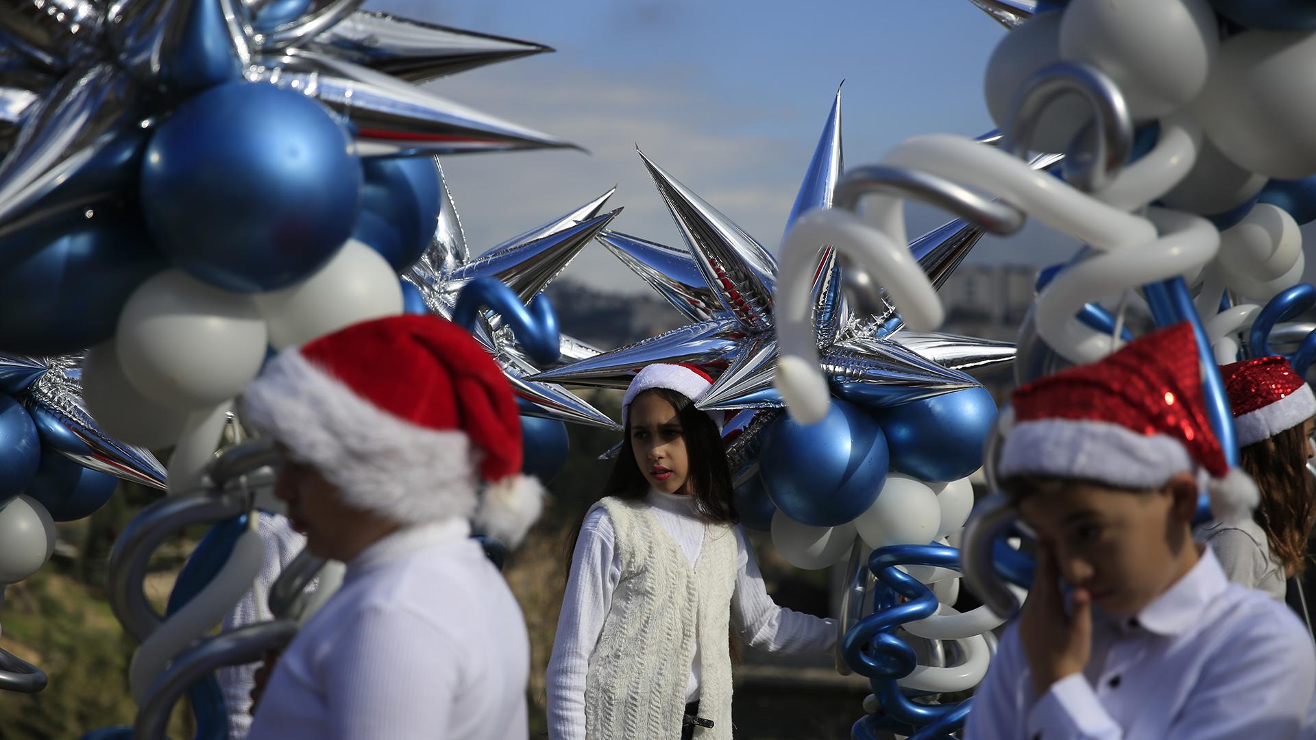 Cristianos árabes israelíes esperan por el inicio del desfile anual de Navidad en Nazareth