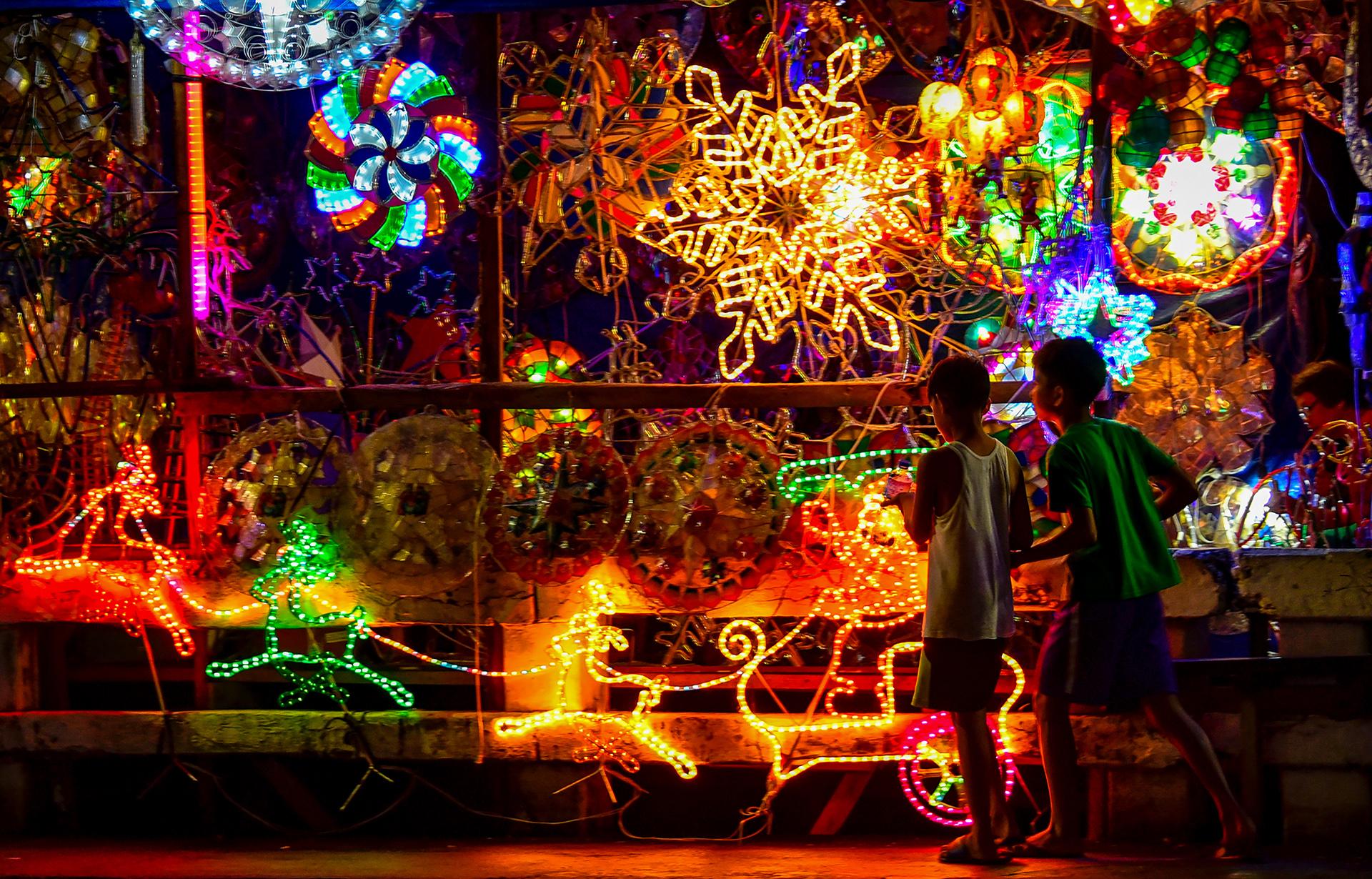 Las luces iluminan los adornos navideños que simbolizan la estrella de Belén en Manila, Filipinas.