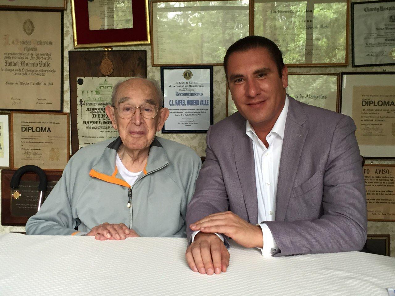El senador con su abuelo, quien también fue gobernador de Puebla (Foto: Twitter Rafael Moreno Valle)