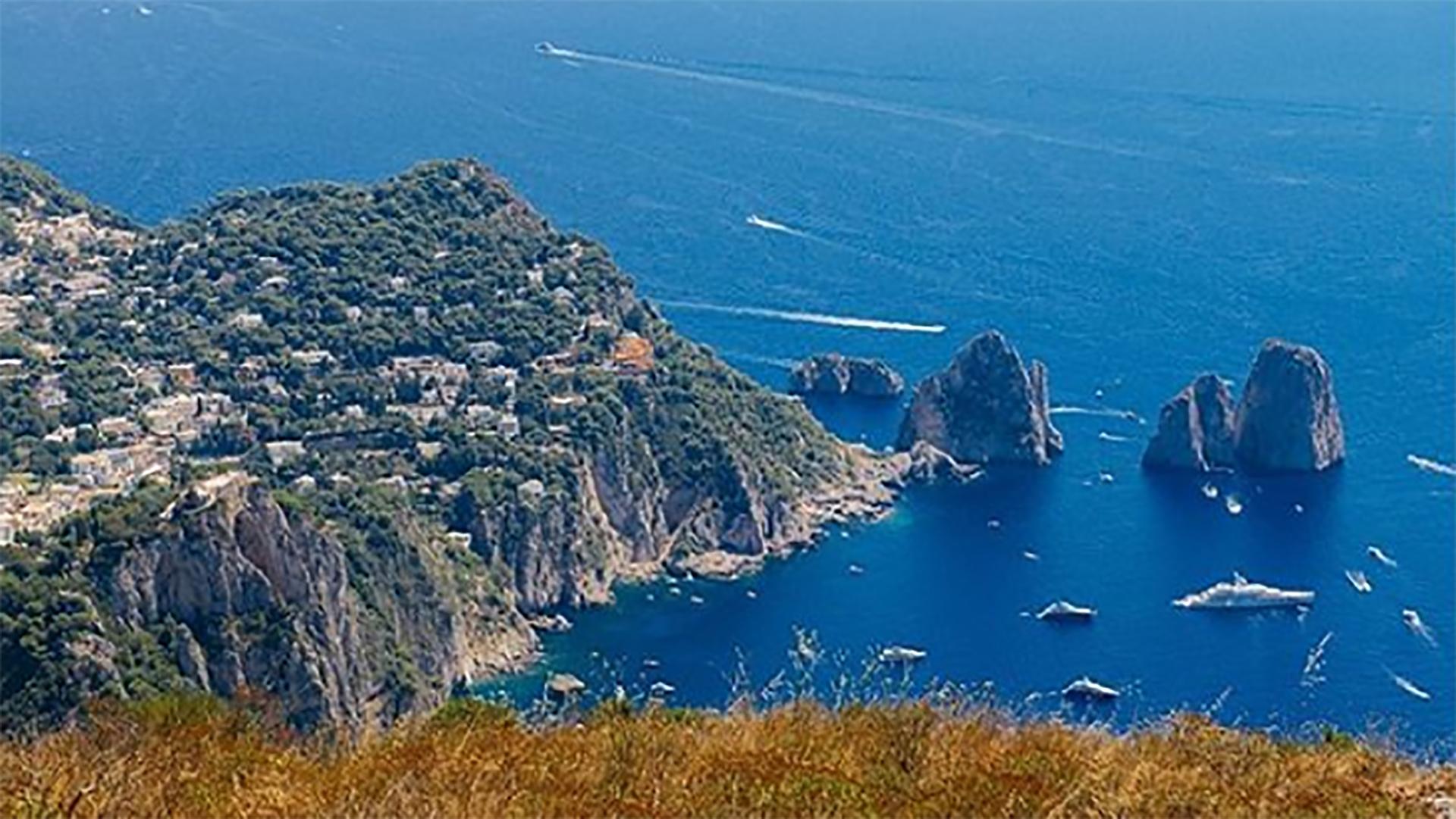La isla de Capri cuenta con dos millones de visitantes anuales(@shostikira)