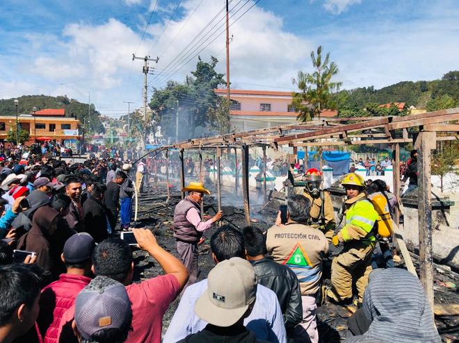 Aparentemente el incendio comenzó en uno de los puestos de pirotecnia y se extendió rápidamente (Foto: Twitter @pcivilchiapas)