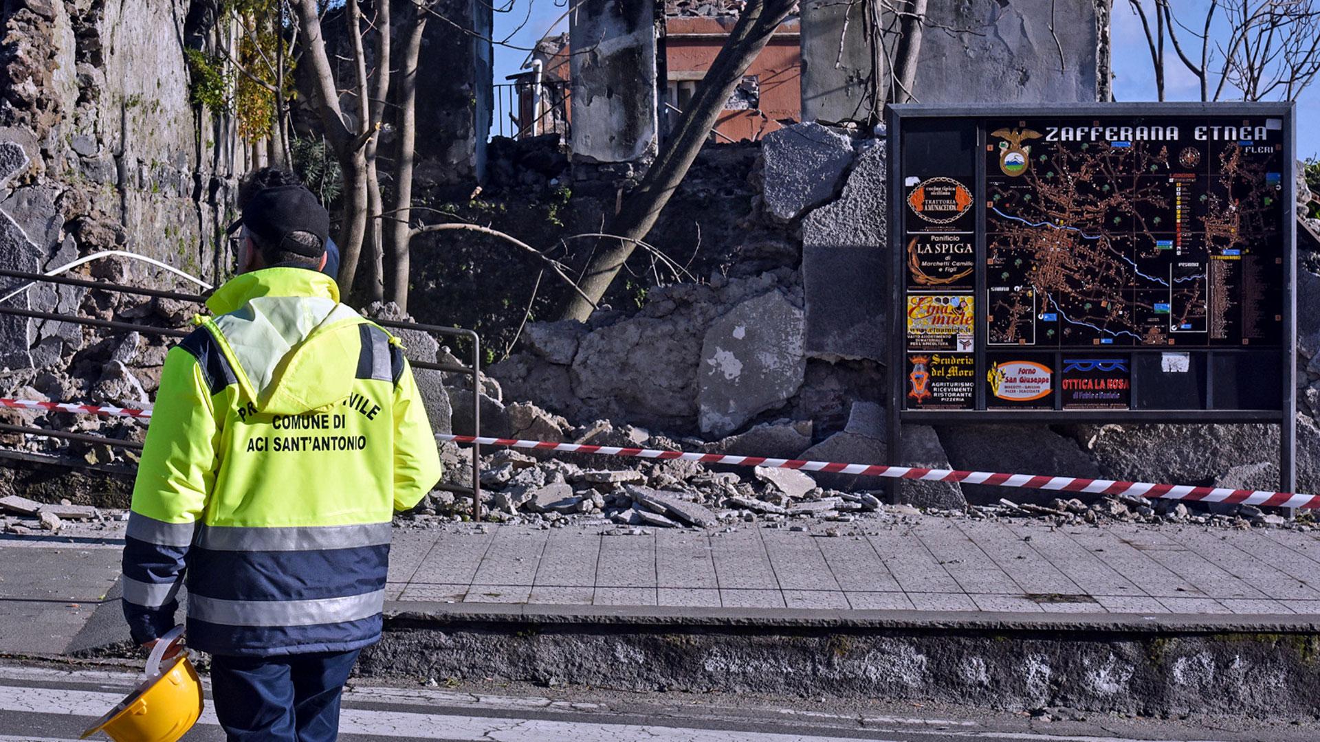 Un rescatista contempla las secuelas del sismo (AFP)