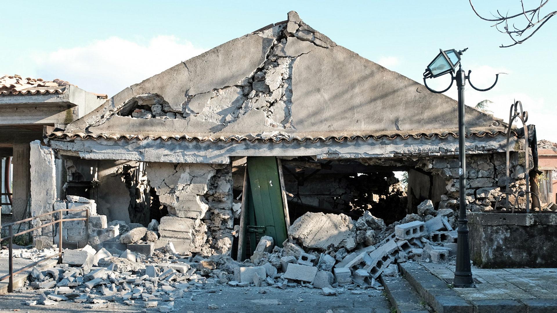 El terremoto ocurrió a mitad de la noche y tuvo un kilómetro de profundidad (AFP)