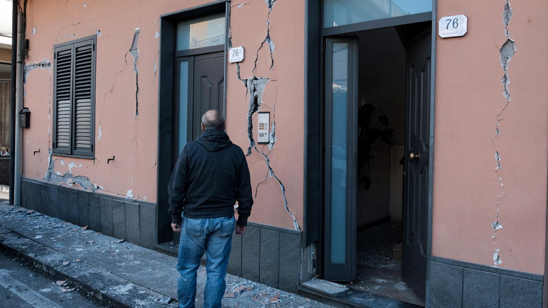 Cientos de estructuras terminaron con las paredes agrietadas (AFP)