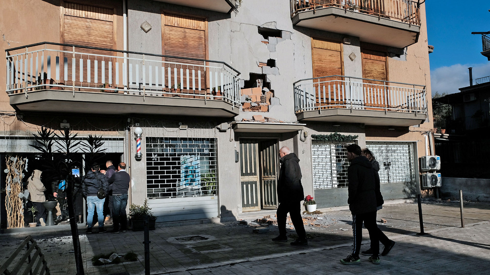 Las personas se quedaban en la calle por temor a derrumbes (AFP)