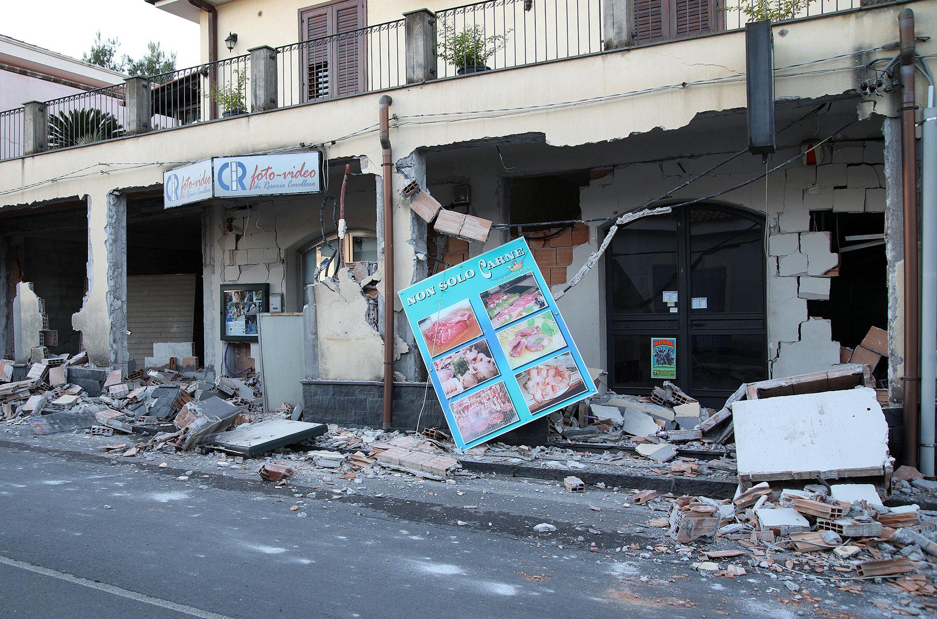 Una tienda, destruida tras el terremoto (Reuters)