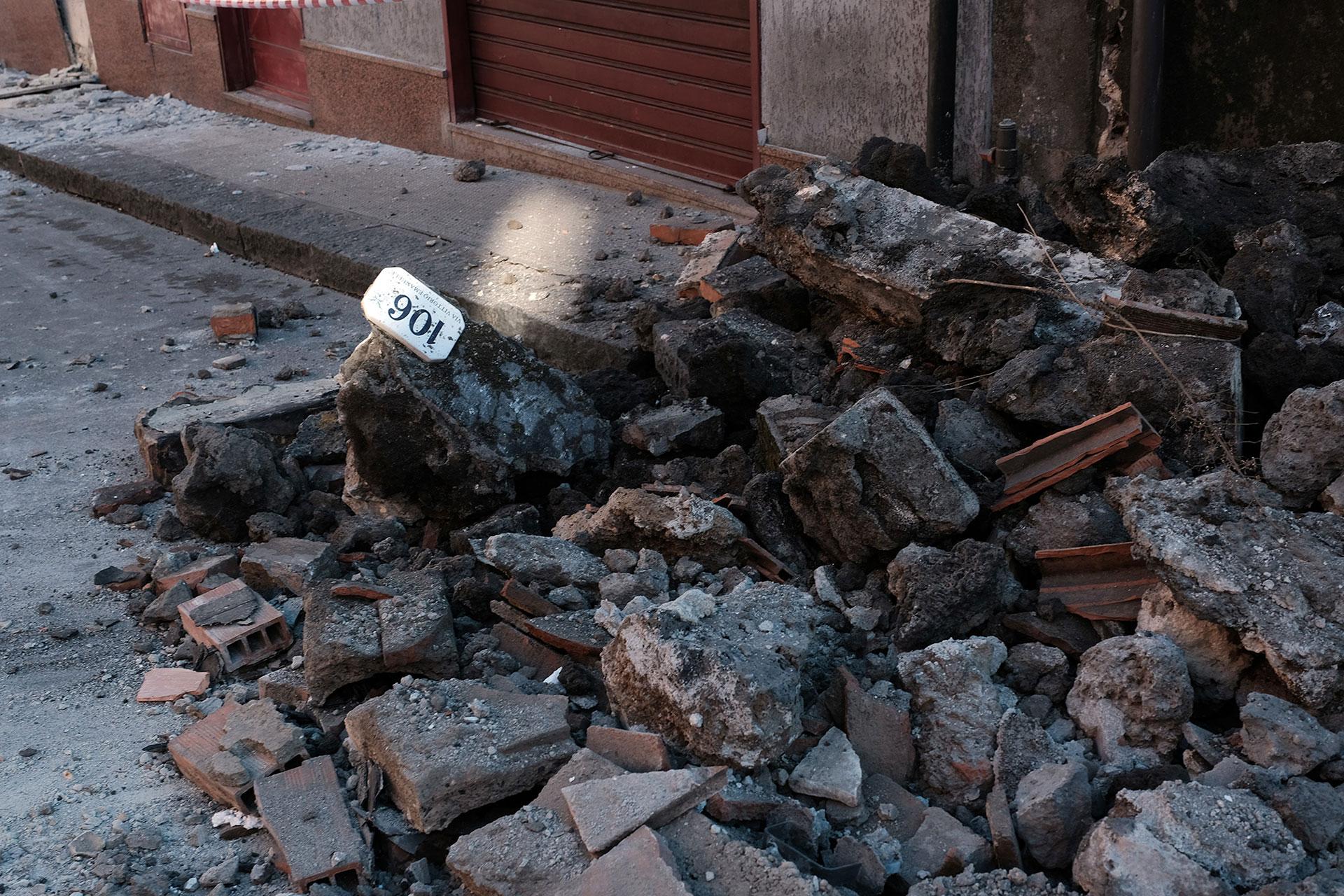 Los escombros se agolpaban en algunas calles (AFP)