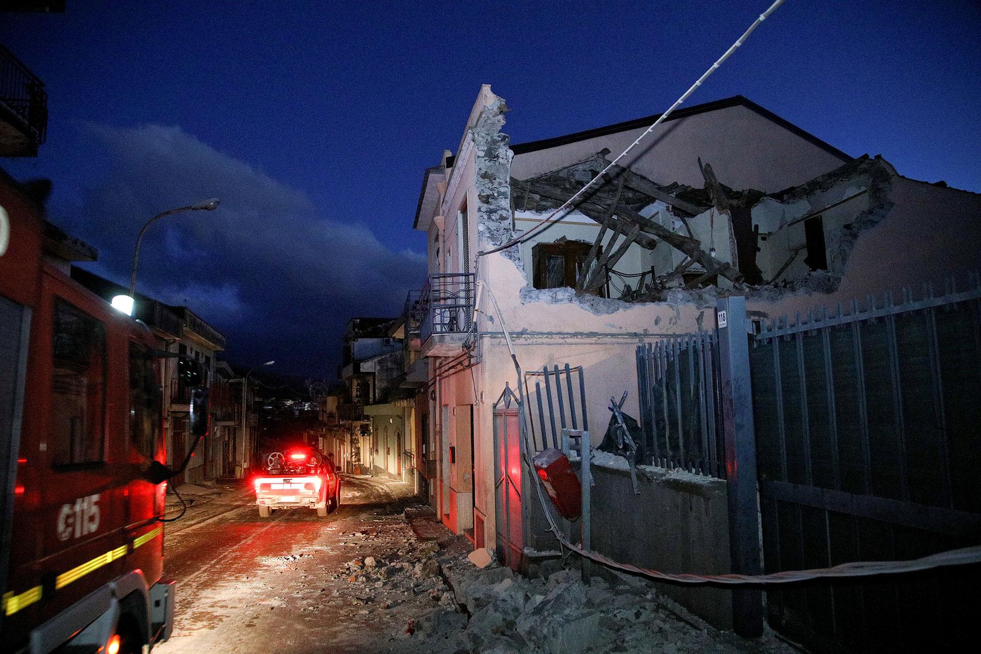 Se registraron derrumbes de edificios antiguos (Reuters)