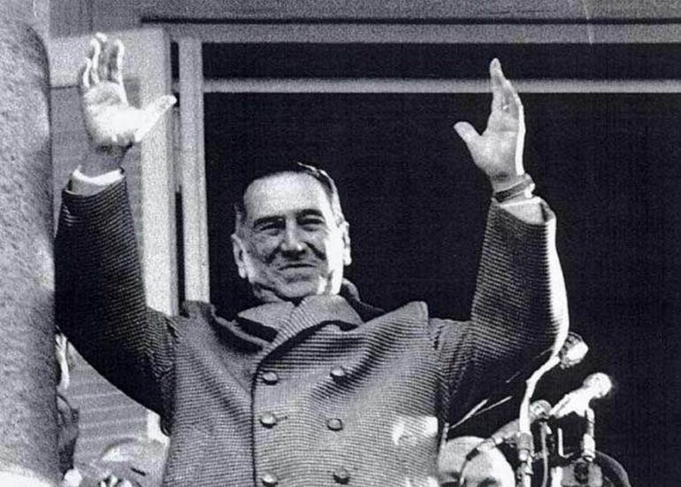 Según Caviglia le dijo a Urien cuando Perón alzaba los brazos en el balcón de la Casa Rosada frente a sus fieles, sus manos vueltas hacia el cielo funcionaban como radares para recibir las vibraciones de las esferas superiores, que luego bajaban al pueblo a través de su persona