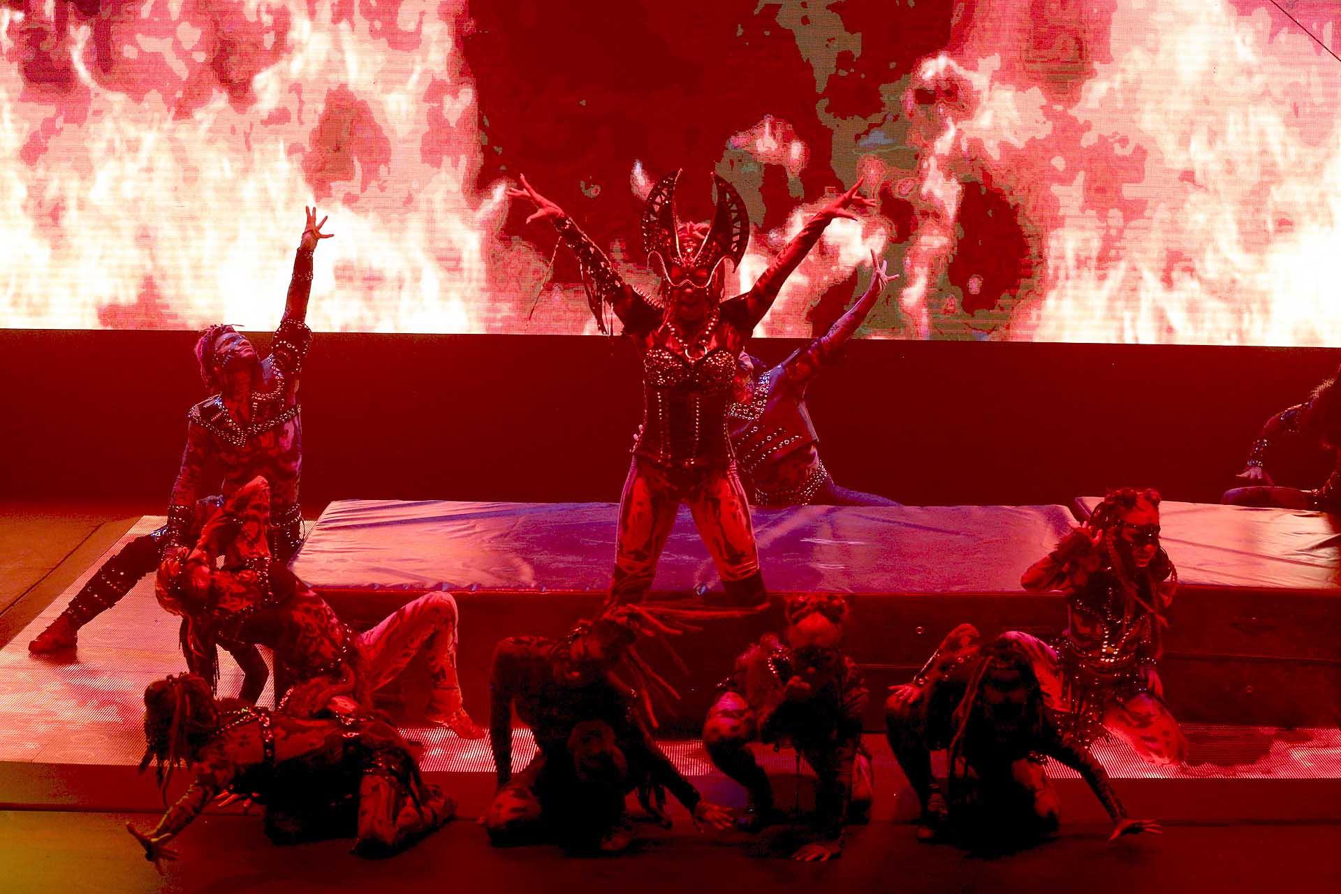 El show contiene un vestuario de calidad con la que acompaña perfectamente a la escenografía