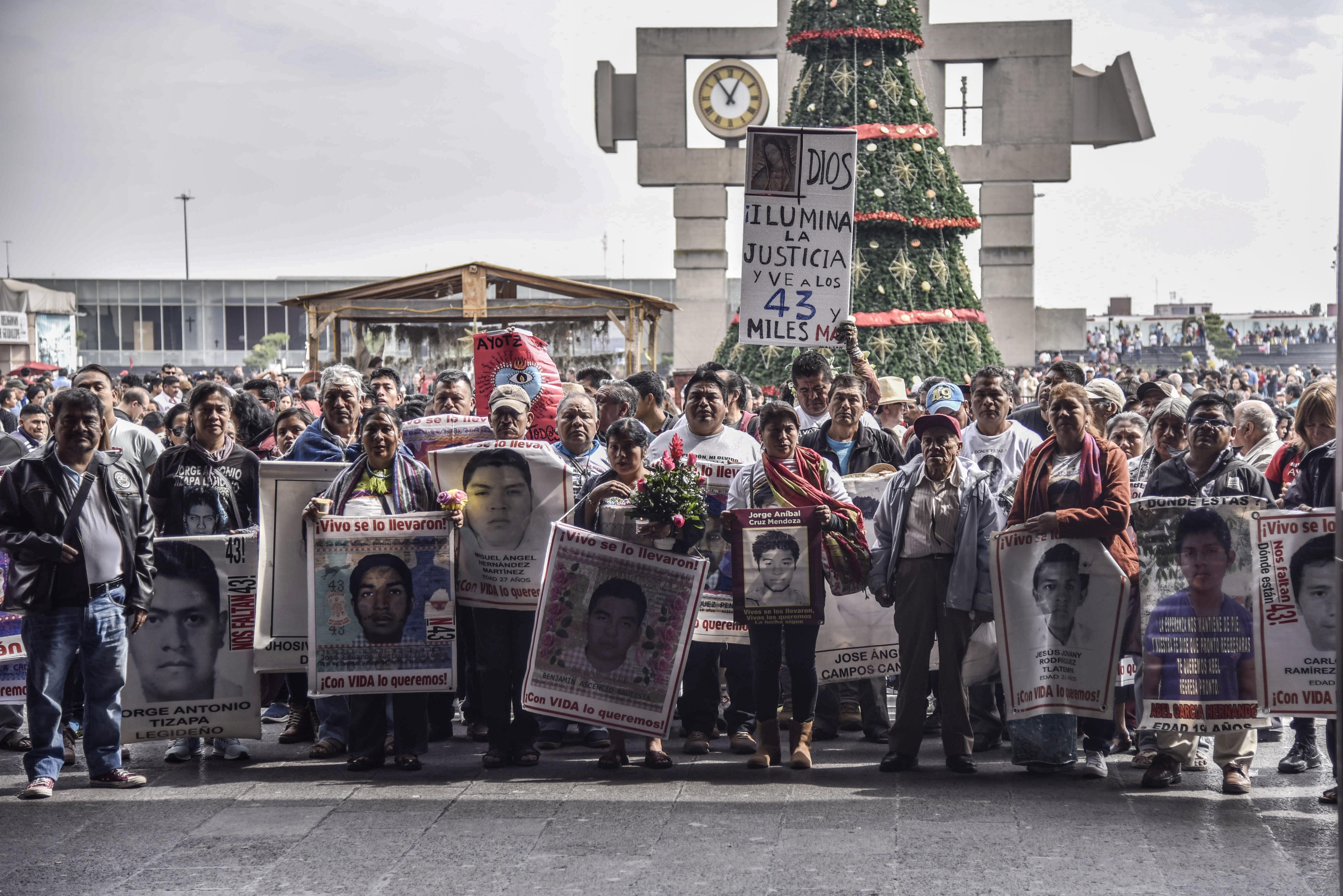 Los familiaresde los 43 desaparecidos de Ayotzinapa (Crédito: MARIO JASSO /CUARTOSCURO.COM)