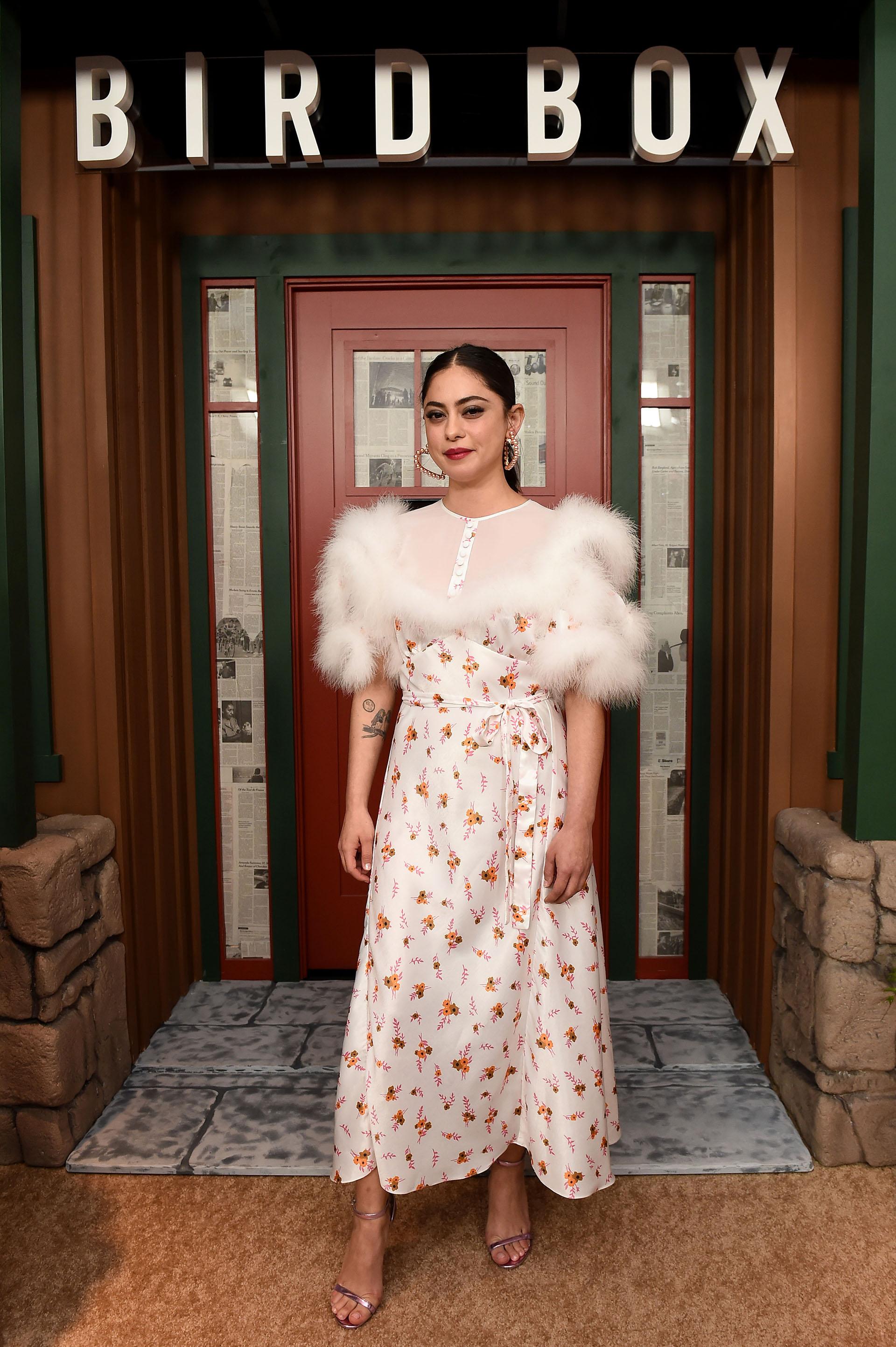 Rosa Salazar lució un vestido con plumas y estampa floral