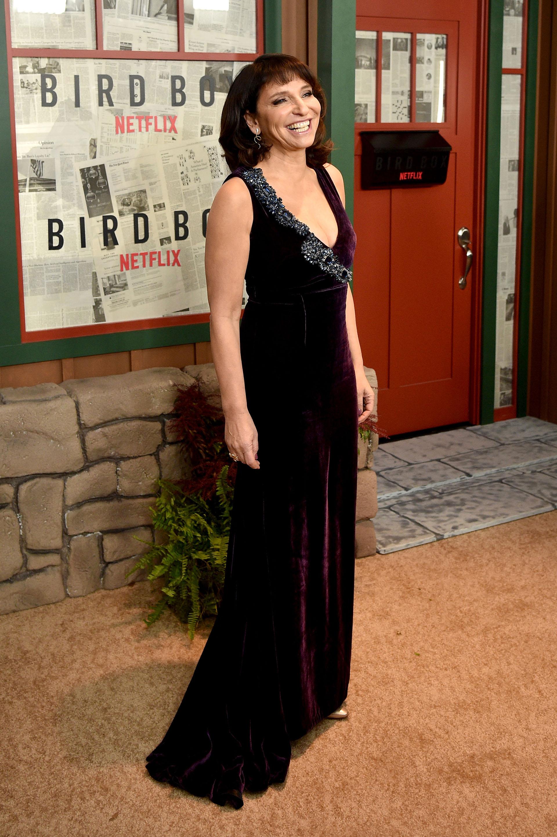 Susanne Bier lució un vestido de terciopelo bordó