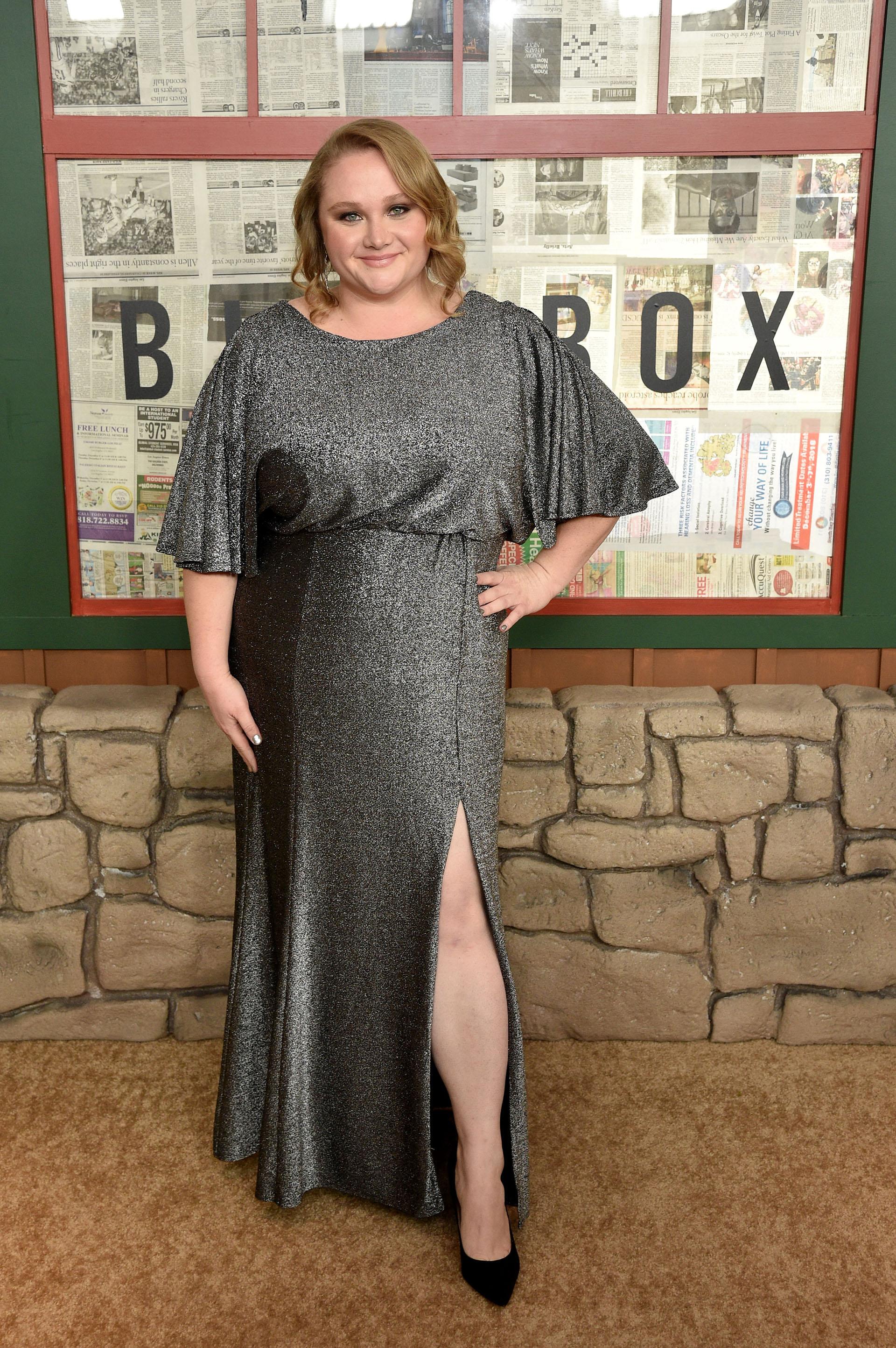 Danielle Macdonald con un vestido gris acero