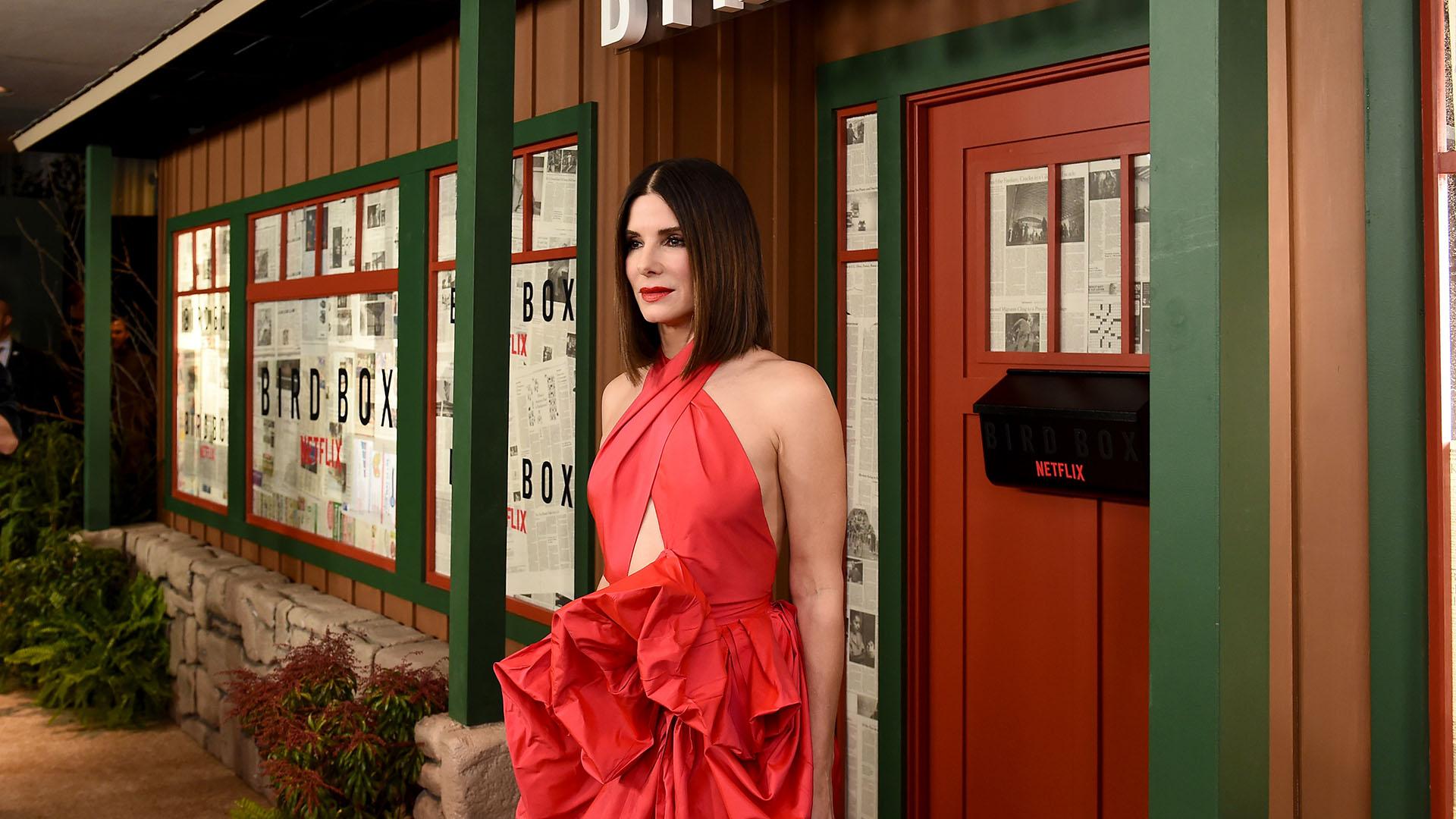 A los 54 años, la actriz mantiene intacta su belleza y su esbelta figura, que quedaba en evidencia con este impactante vestido colorado