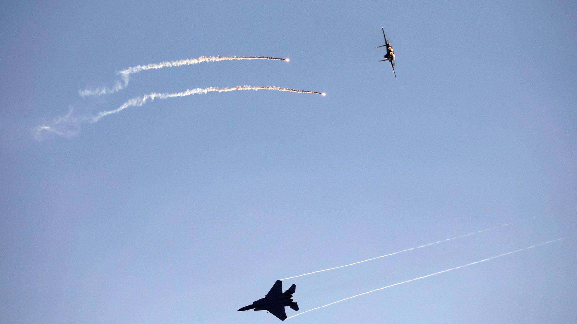 Dos F-15E en vuelo. Se trata de cazabombarderos biplaza diseñados en la década de 1970 (Reuters)