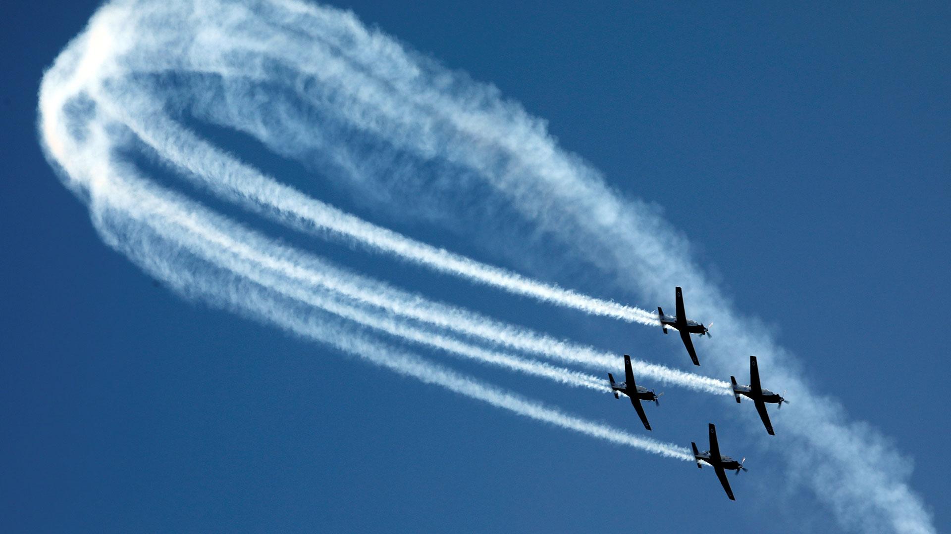 Vuelo en formación de los aviones de entrenamiento T-6 Texan II (Reuters)