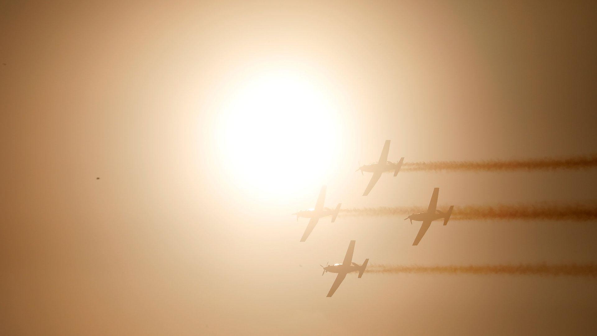 Los T-6 vuelan frente al sol (Reuters)