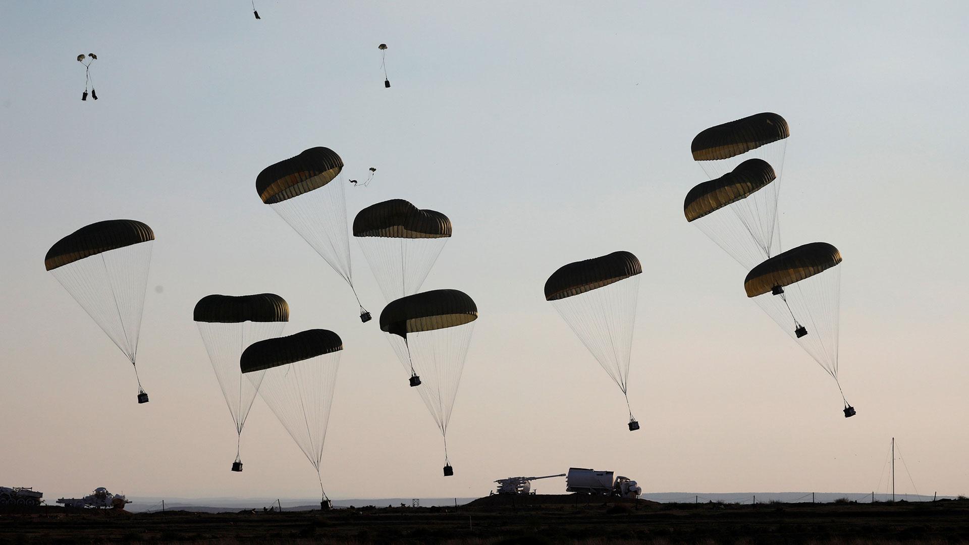 Lanzamiento de suministros por paracaídas (Reuters)