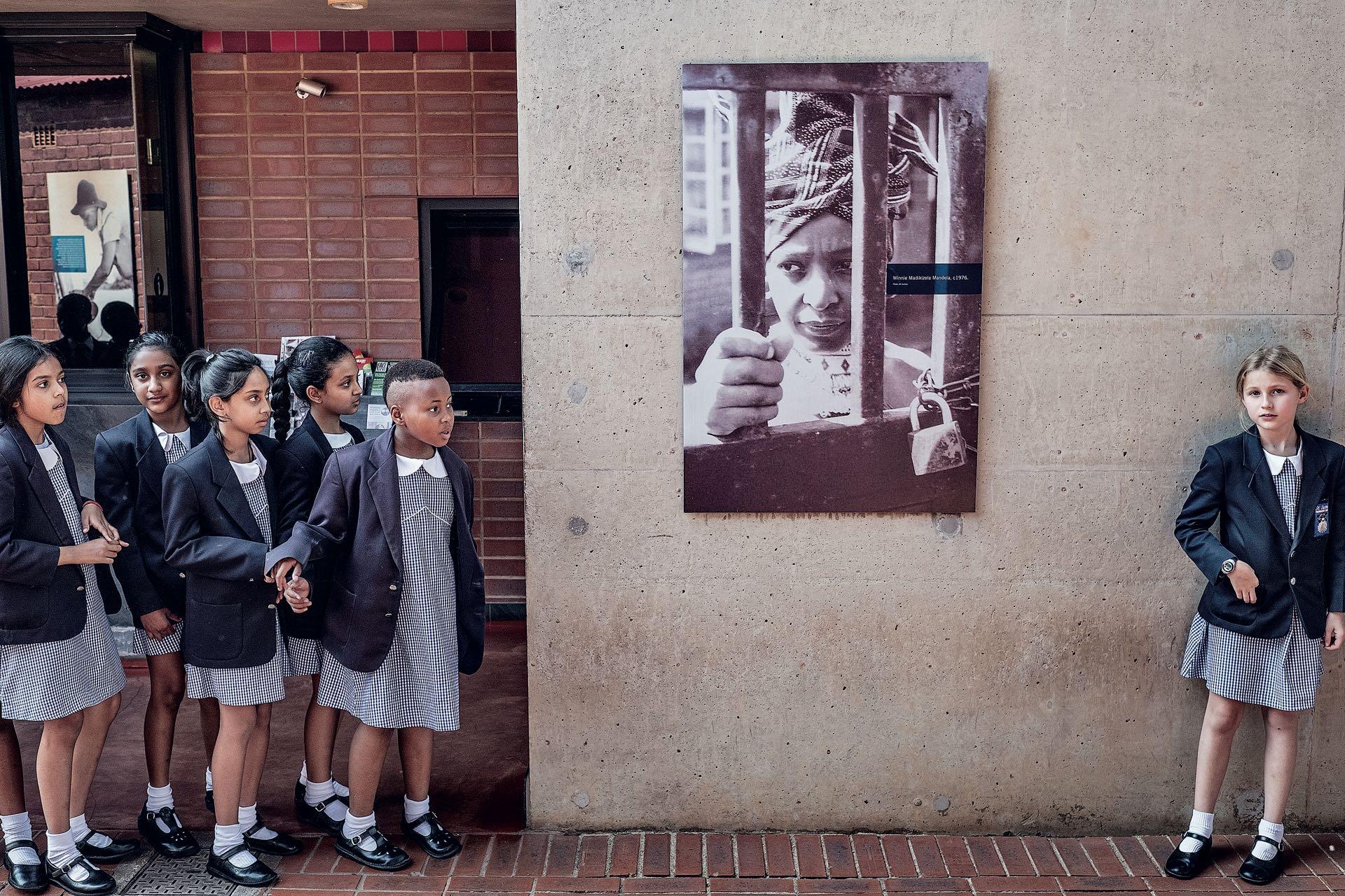 Abril. La muerte de Winnie Mandela –esposa del legendario Nelson Mandela–, ocurrida el 2 de abril, provocó conmoción en Sudáfrica. En un país atravesado por las más deleznables prácticas racistas, la imagen de esta mujer que se plantó contra el Apartheid es una de las más fuertes de esa región. Su casa de Soweto llamó la atención de estas niñas que hoy, afortunadamente, parecen vivir una realidad distinta.