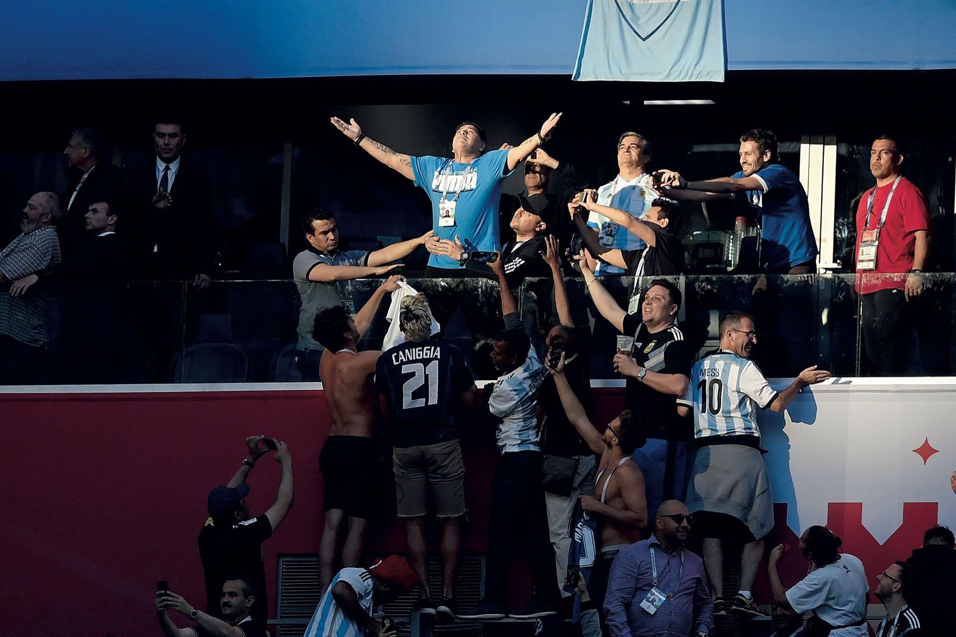 Junio. El Mundial de Rusia tuvo momentos inolvidables: los goles de Mbappé, la calidad de Modric, los destellos de Messi… Y fuera de la cancha, el imán de –quizás– el más grande futbolista de todas las épocas: Diego Maradona. Todo su histrionismo quedó al descubierto cuando celebró el gol de Leo ante Nigeria. Aquel rayo de sol de San Petersburgo, oportunamente posado sobre él, iluminó su plegaria.