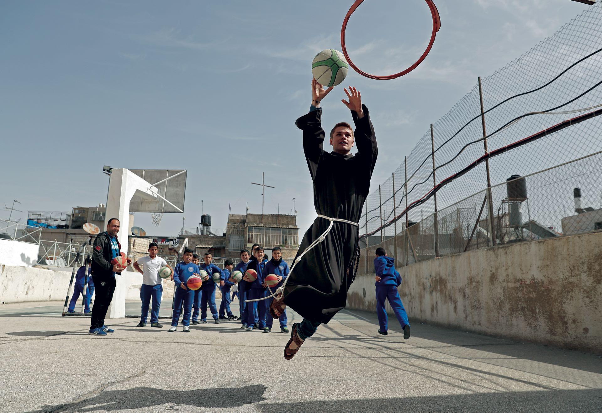 Marzo. Los curas franciscanos llegaron a Jerusalén hace ocho siglos enviados por el mismísimo San Francisco de Asís (de quien el actual Papa tomó su nombre). Instalados en el convento de San Salvador, en la Ciudad Vieja, dirigen escuelas que reúnen a más de diez mil alumnos (la mitad de ellos, musulmanes). Aquí practican básquetbol con un grupo de chicos palestinos.