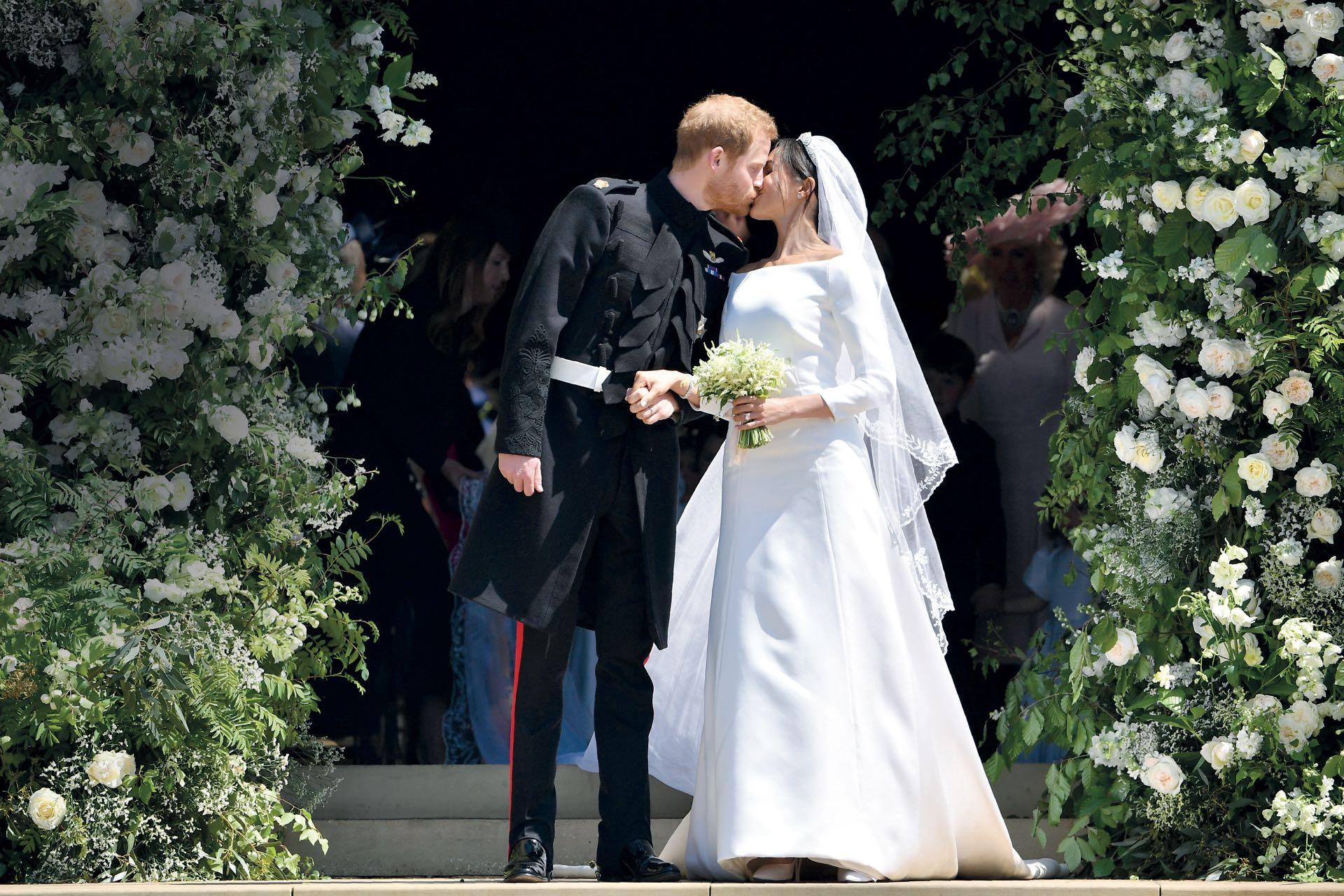Mayo. La alta sociedad británica esperaba este beso: el príncipe Harry (duque de Sussex) y Meghan Markle (famosa exactriz estadounidense) finalmente pasaron por el altar en la capilla de San Jorge, como corresponde a la tradición. El sábado 19 sellaron su compromiso ante una audiencia global de 100 millones de personas.