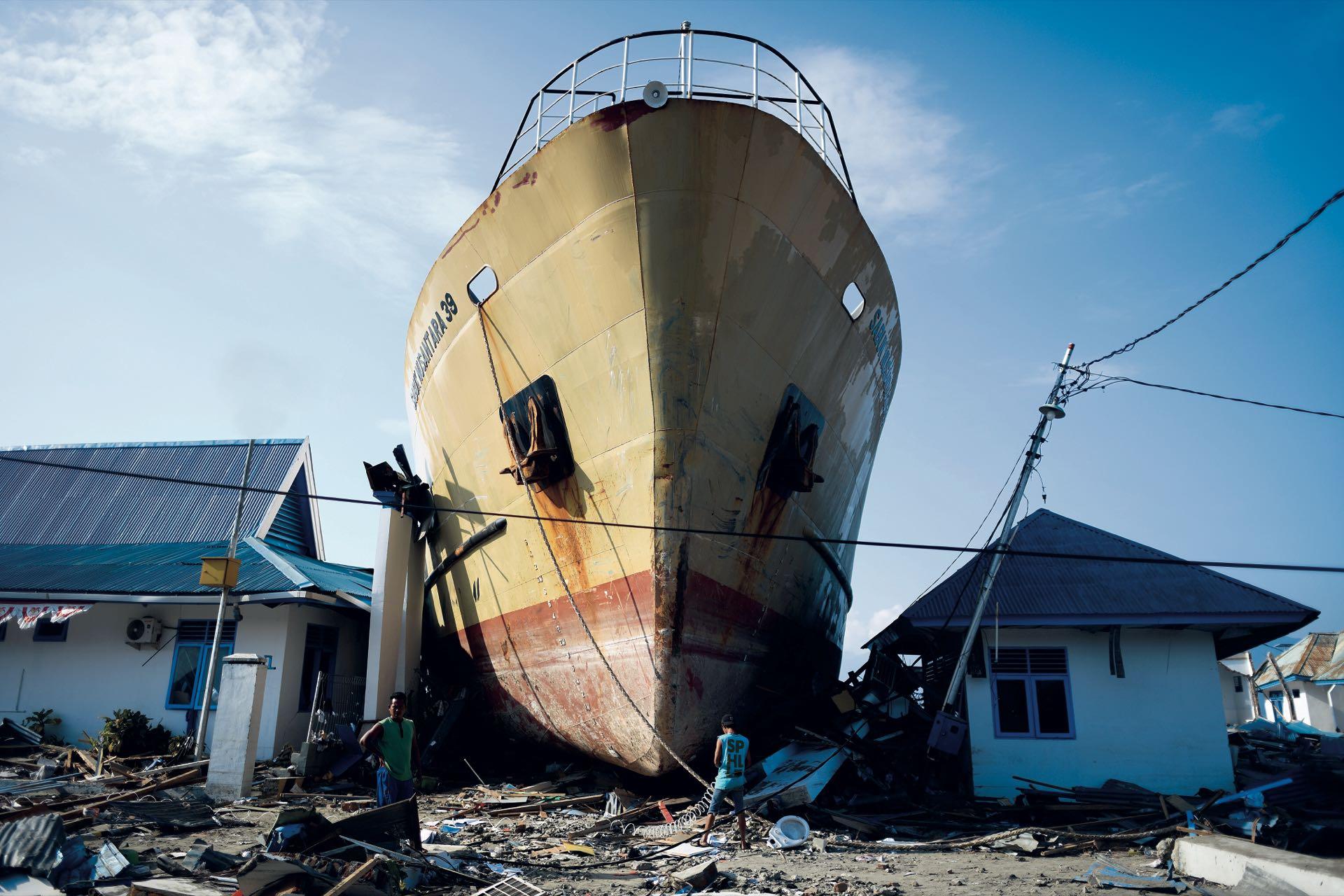 Octubre. El terremoto y el tsunami que asolaron Indonesia –en otra reacción de un planeta al que lastimamos– dejaron casi dos mil muertos, muchísimos heridos y 70 mil evacuados. Olas de seis metros, combinadas con el movimiento telúrico, devastaron ciudades. Y entre las imágenes más impresionantes se encuentra ésta, la de un barco entre las casas destruidas en Wani.